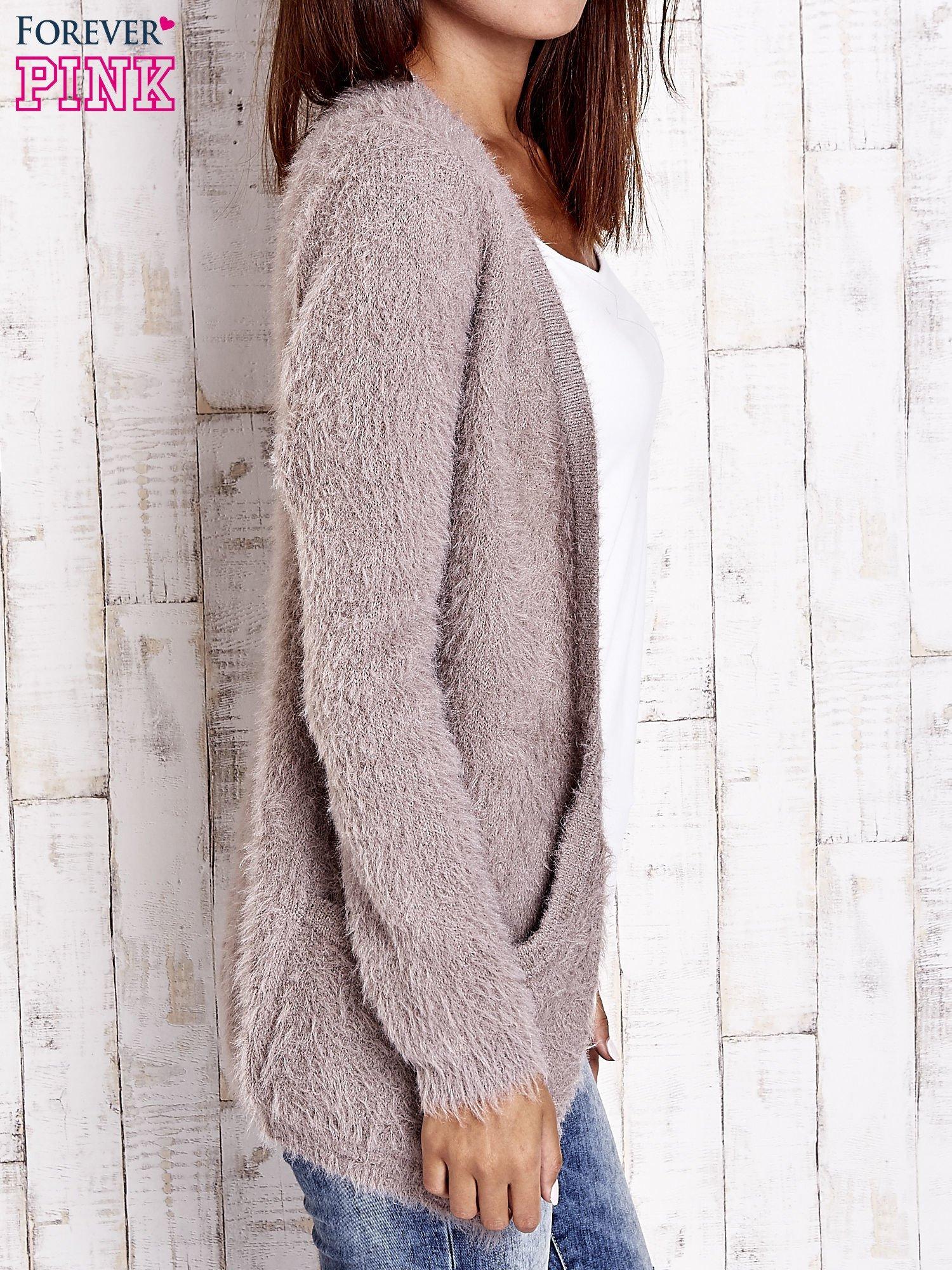 Beżowy puszysty sweter z bocznymi kieszeniami                                  zdj.                                  5