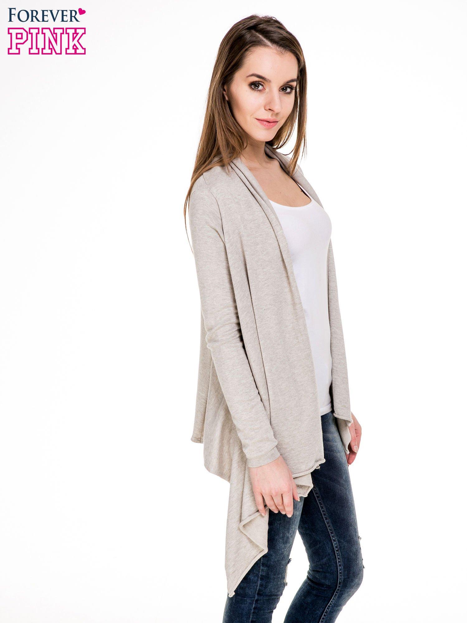 Beżowy sweter narzutka z kaskadowymi bokami                                  zdj.                                  3