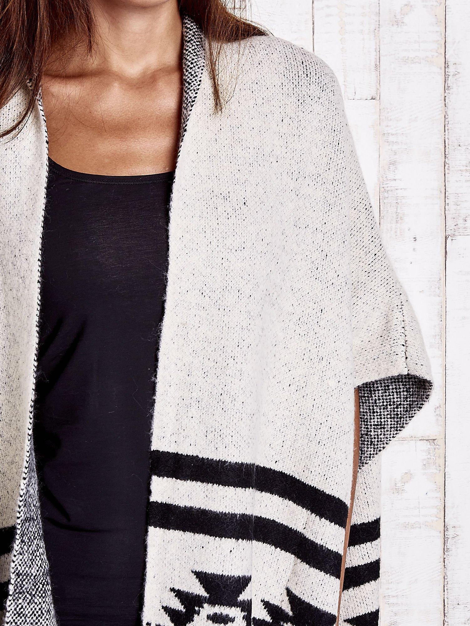 Beżowy sweter oversize w azteckie wzory                                  zdj.                                  6