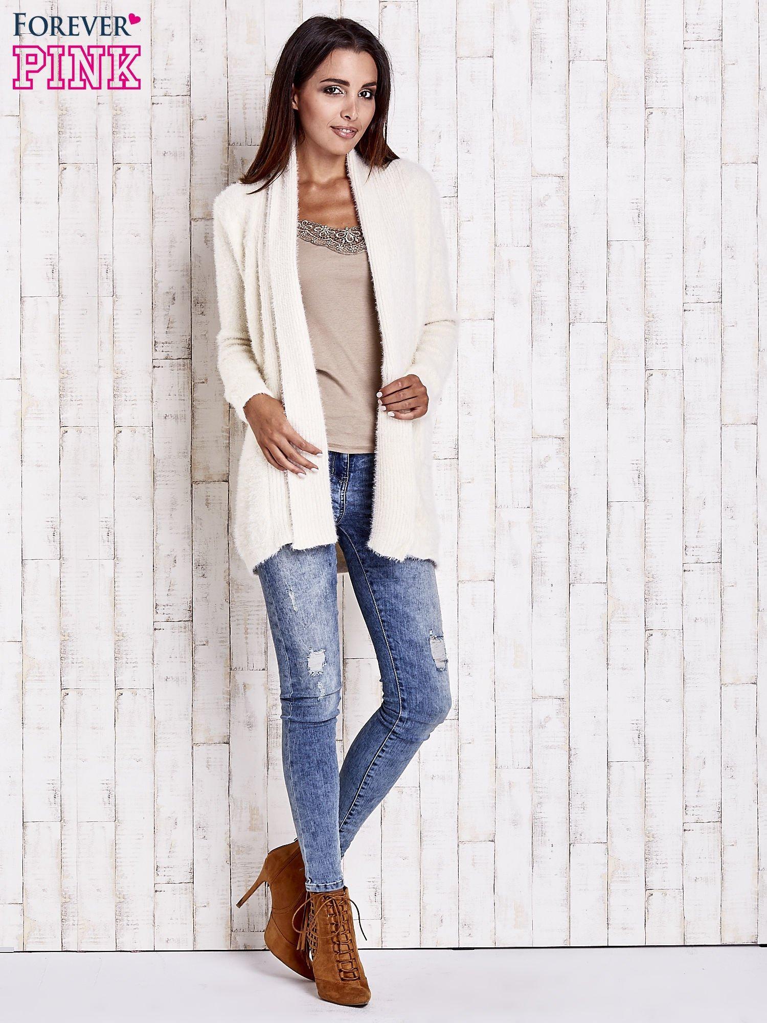 Beżowy sweter oversize z kieszeniami                                  zdj.                                  2