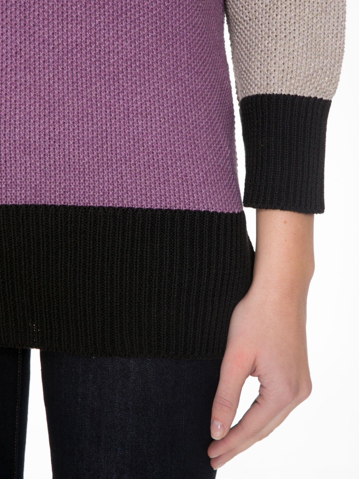 Beżowy sweter z modułami przeplatany błyszczącą nicią                                  zdj.                                  6