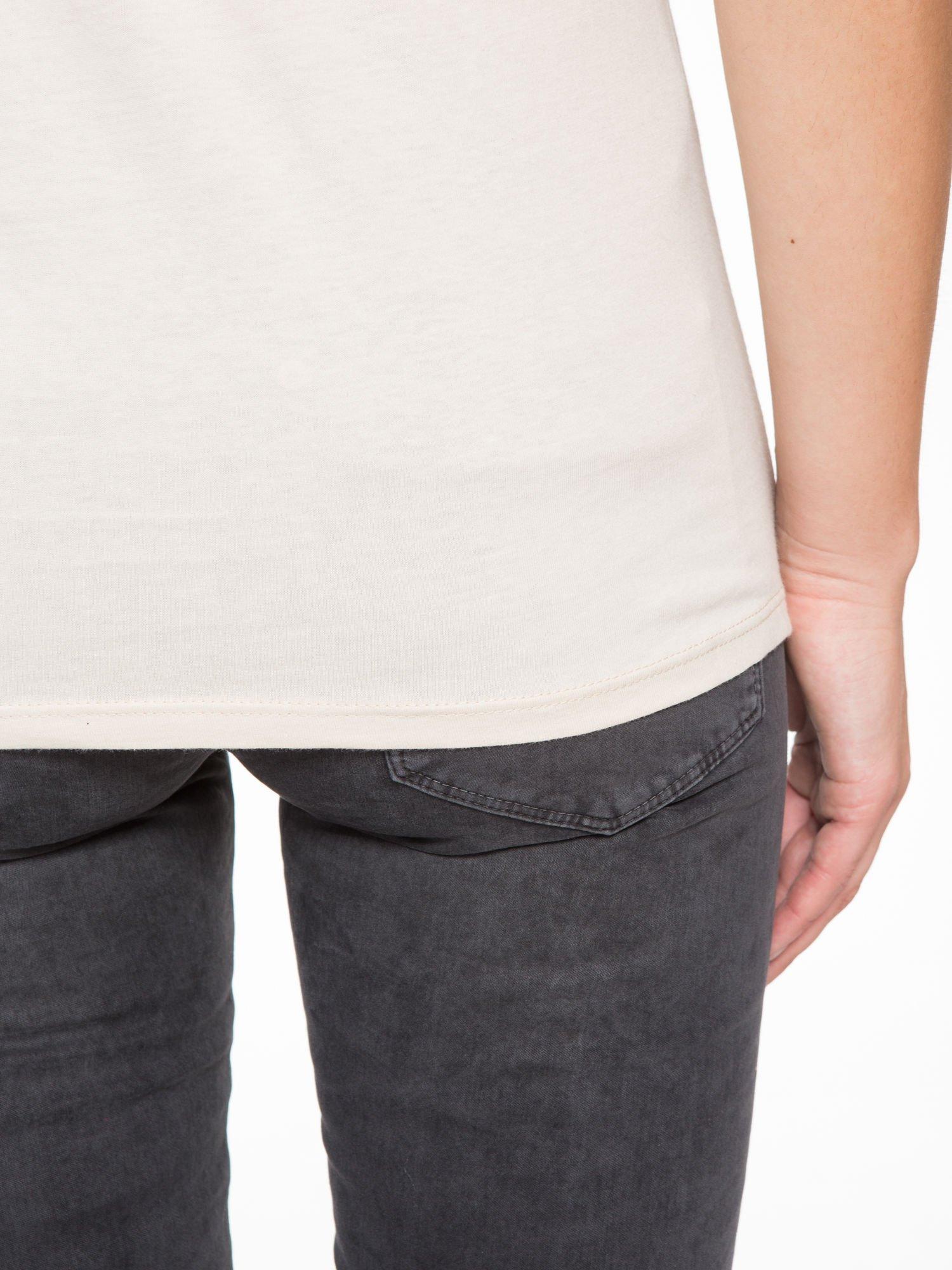Beżowy t-shirt z fotografią drogi i napisem ADVENTURE                                  zdj.                                  9