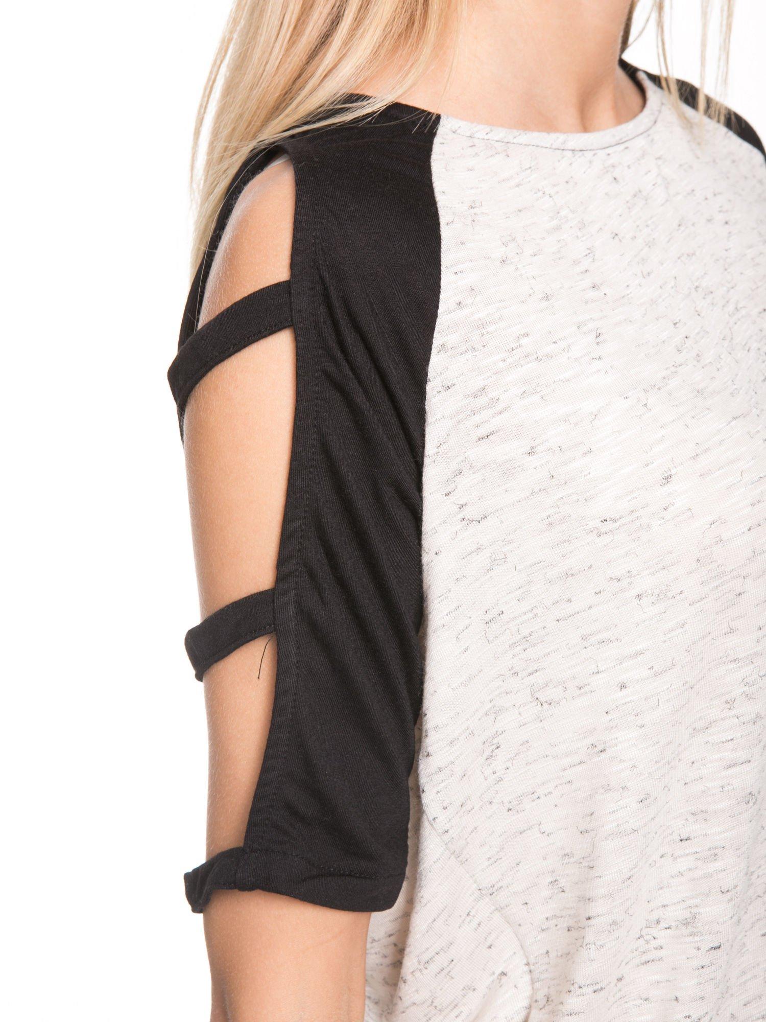 Beżowy t-shirt z kontrastowymi rękawami cut out                                  zdj.                                  6
