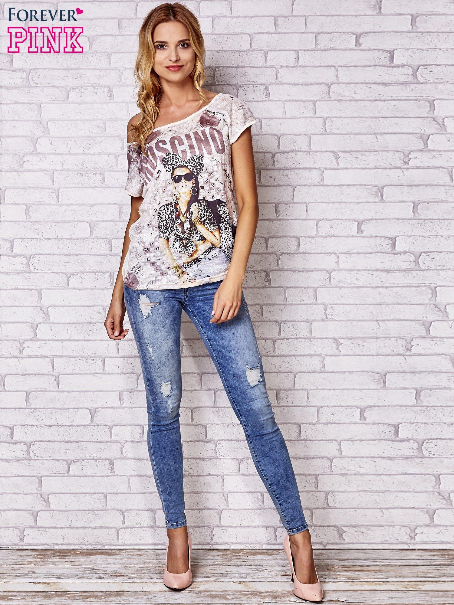 Beżowy t-shirt z napisem MOSCINO                                  zdj.                                  2
