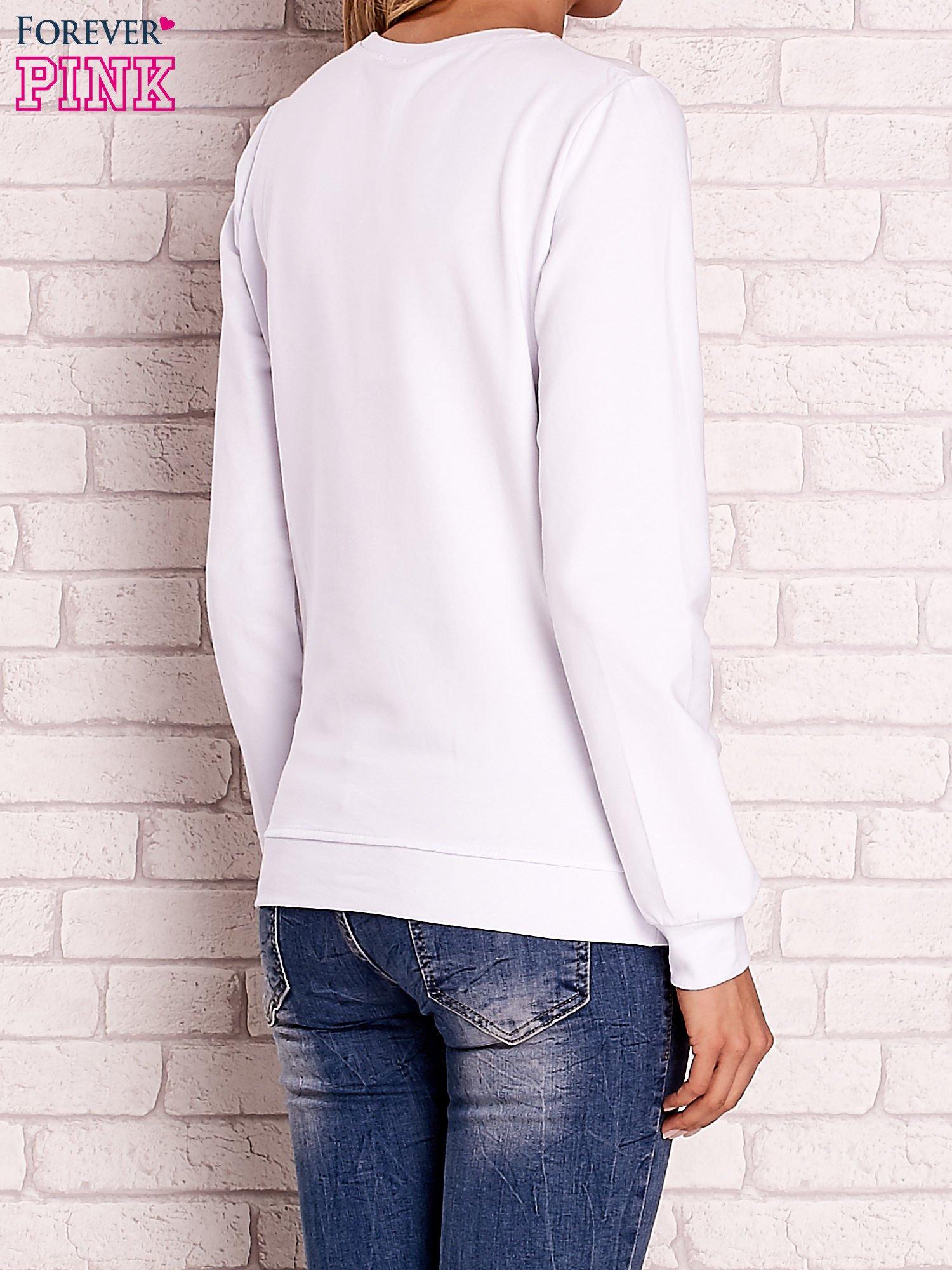 Biała bluza z kolorowym nadrukiem                                  zdj.                                  4