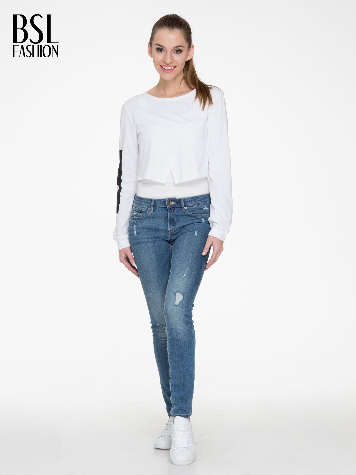 Biała bluzka cropped z nadrukiem na rękawie i plecami cut out                                  zdj.                                  2