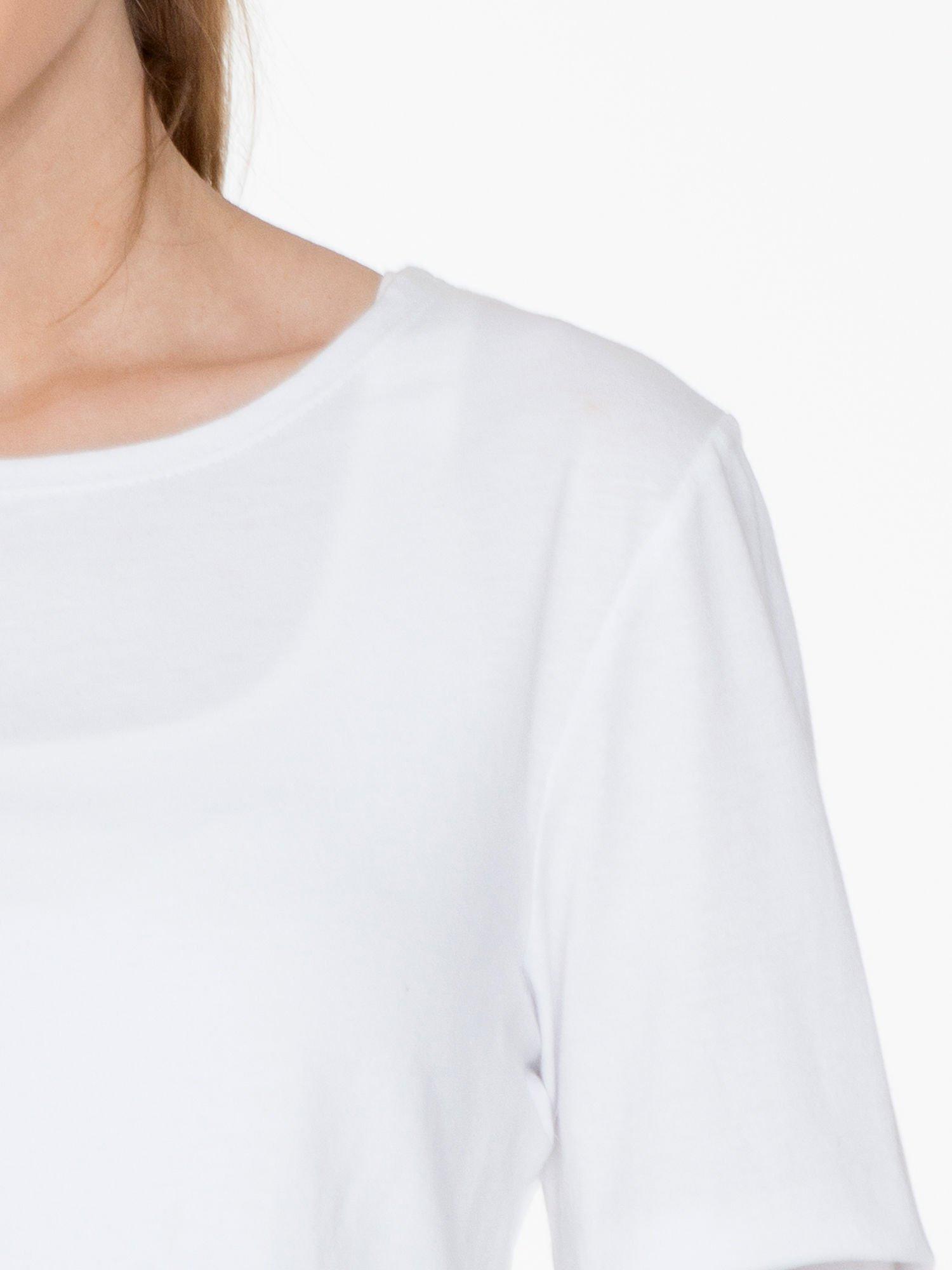 Biała bluzka cropped z nadrukiem na rękawie i plecami cut out                                  zdj.                                  7