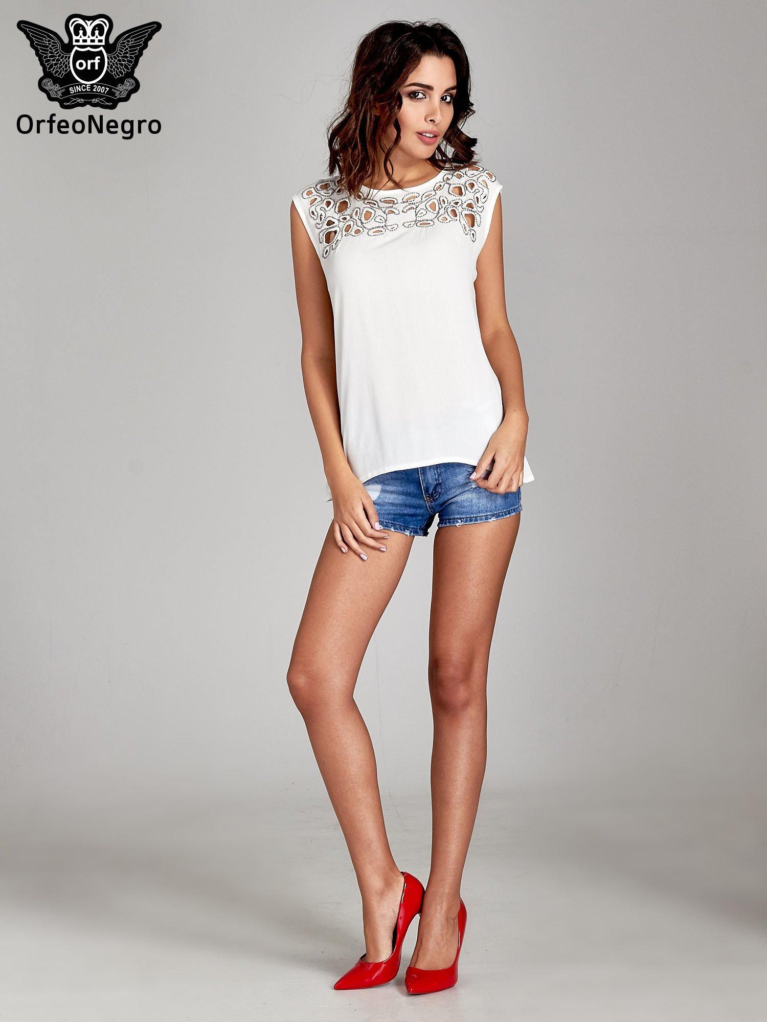 Biała bluzka koszulowa z ozdobnym dekoltem z wycięciami                                  zdj.                                  7
