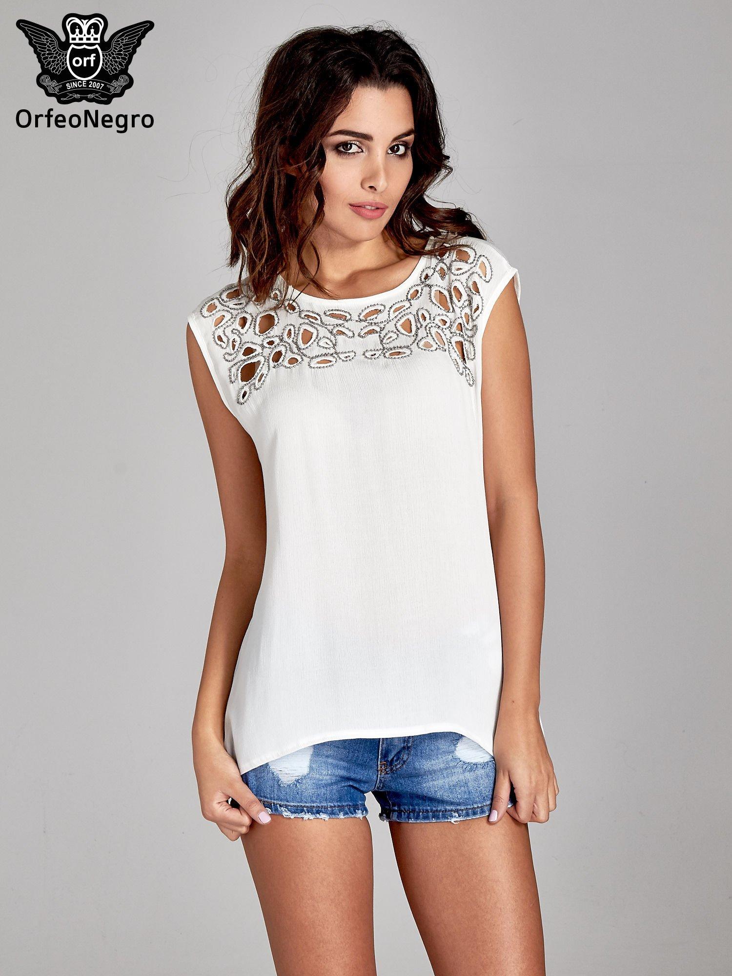 Biała bluzka koszulowa z ozdobnym dekoltem z wycięciami                                  zdj.                                  1