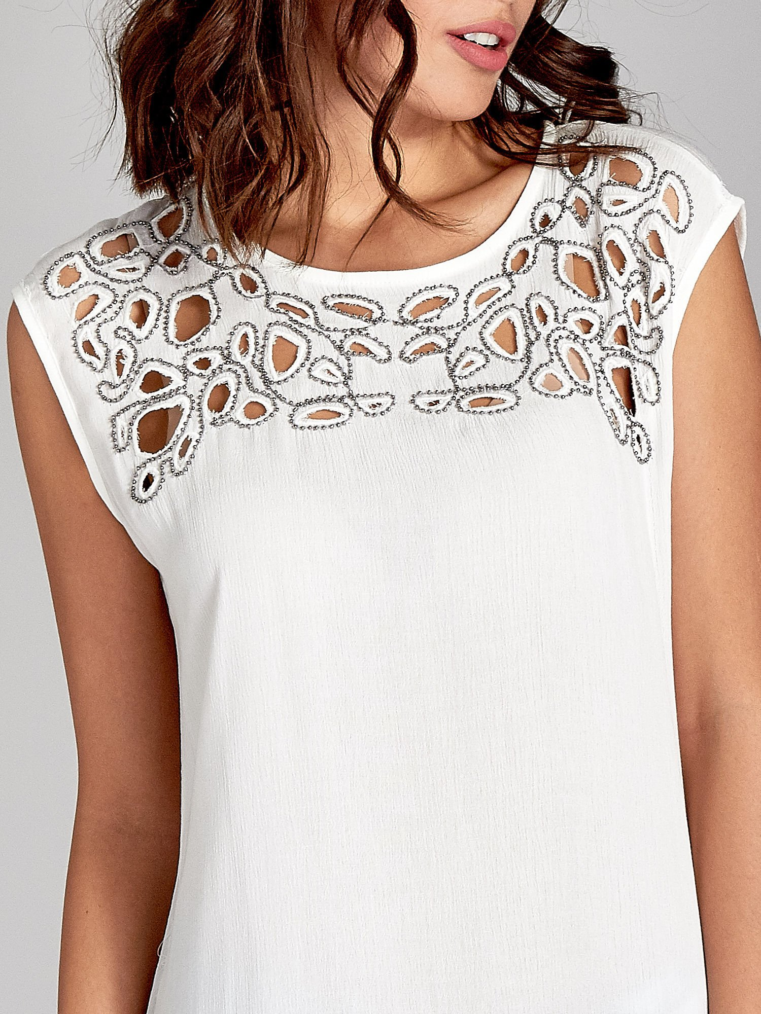 Biała bluzka koszulowa z ozdobnym dekoltem z wycięciami                                  zdj.                                  5