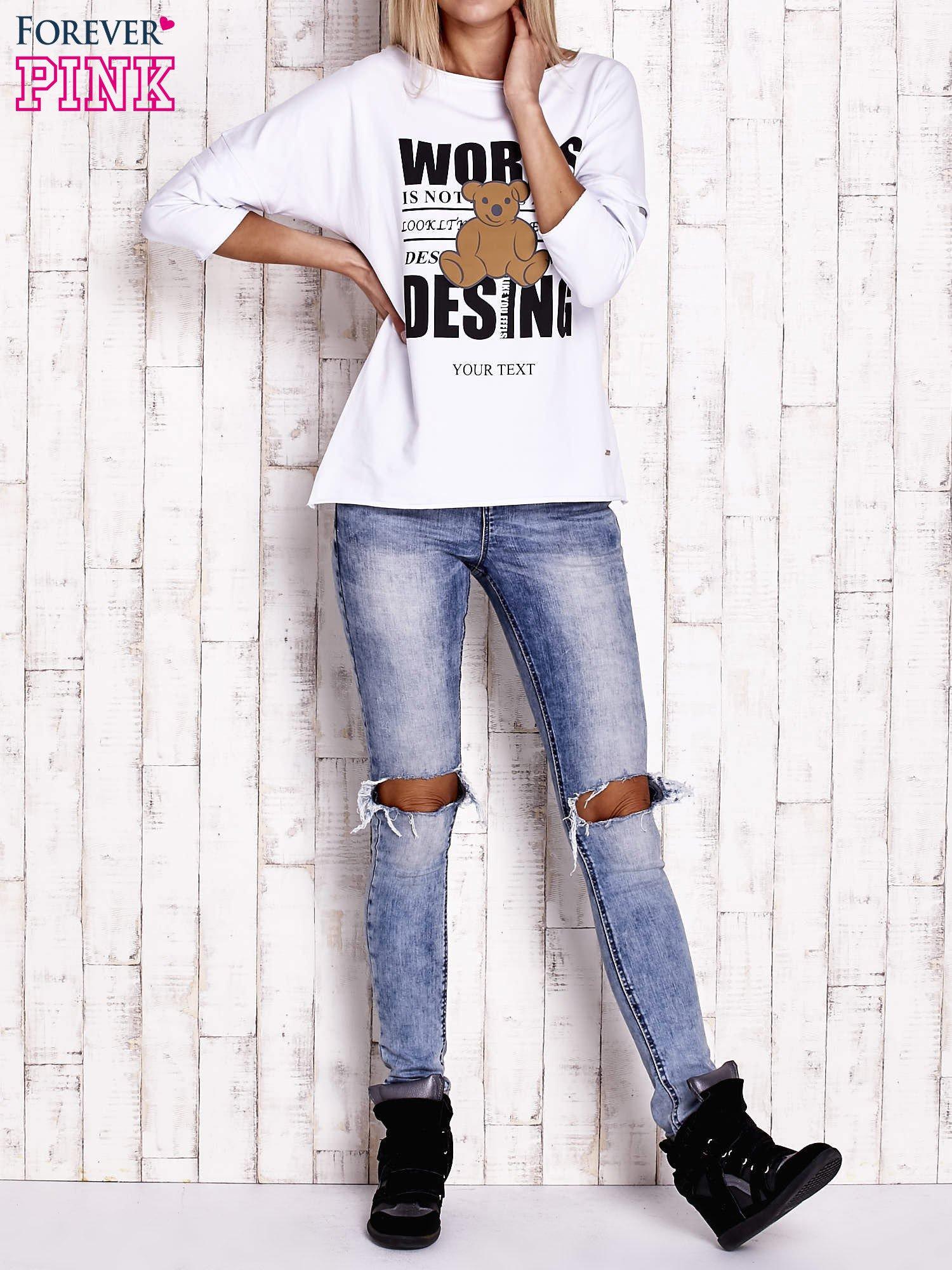Biała bluzka oversize z nadrukiem i surowym wykończeniem                                  zdj.                                  2