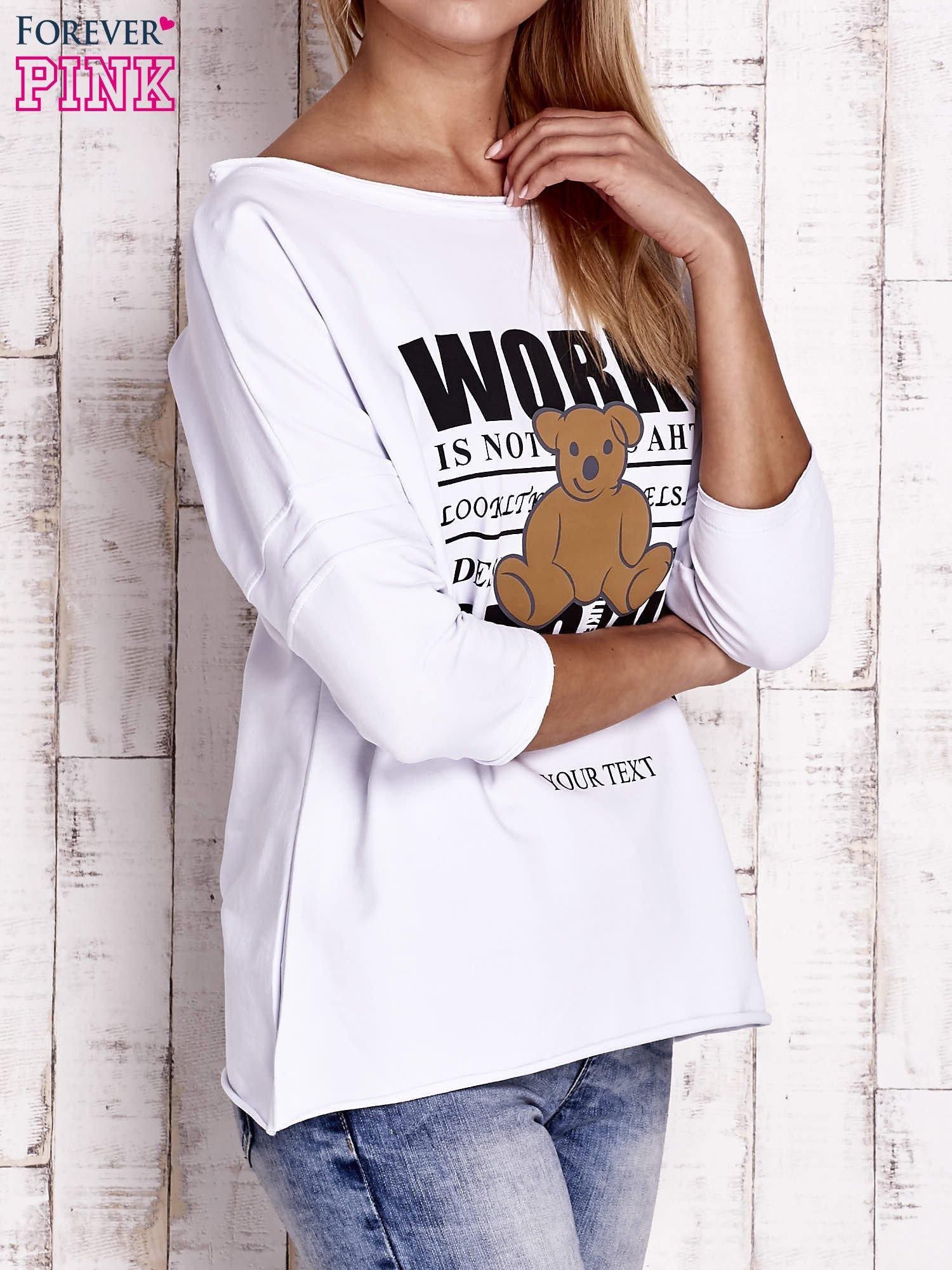 Biała bluzka oversize z nadrukiem i surowym wykończeniem                                  zdj.                                  3