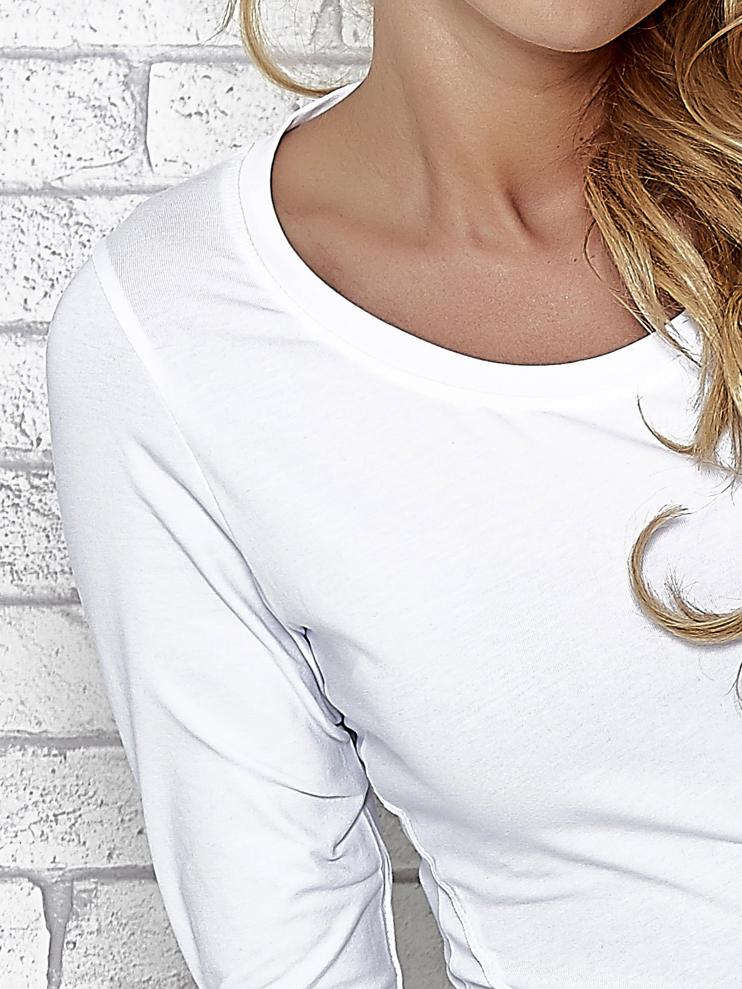 Biała bluzka sportowa z dekoltem U                                  zdj.                                  5