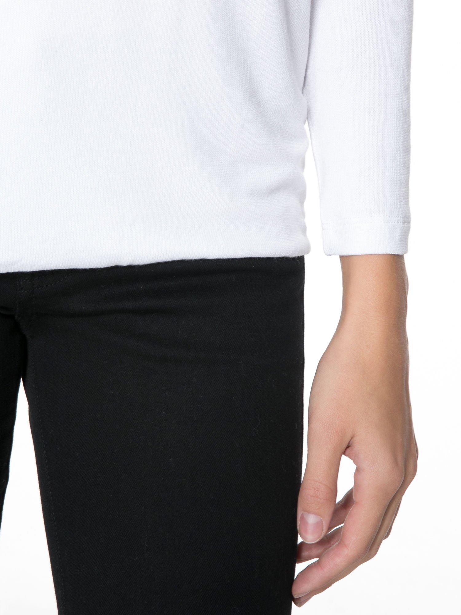 Biała bluzka z kopertowym dekoltem na plecach                                  zdj.                                  6