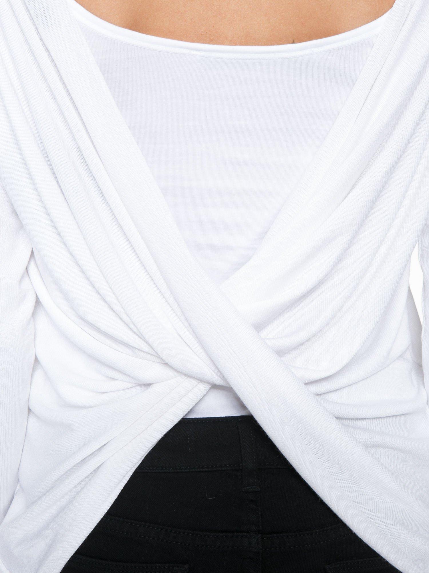 Biała bluzka z kopertowym dekoltem na plecach                                  zdj.                                  9
