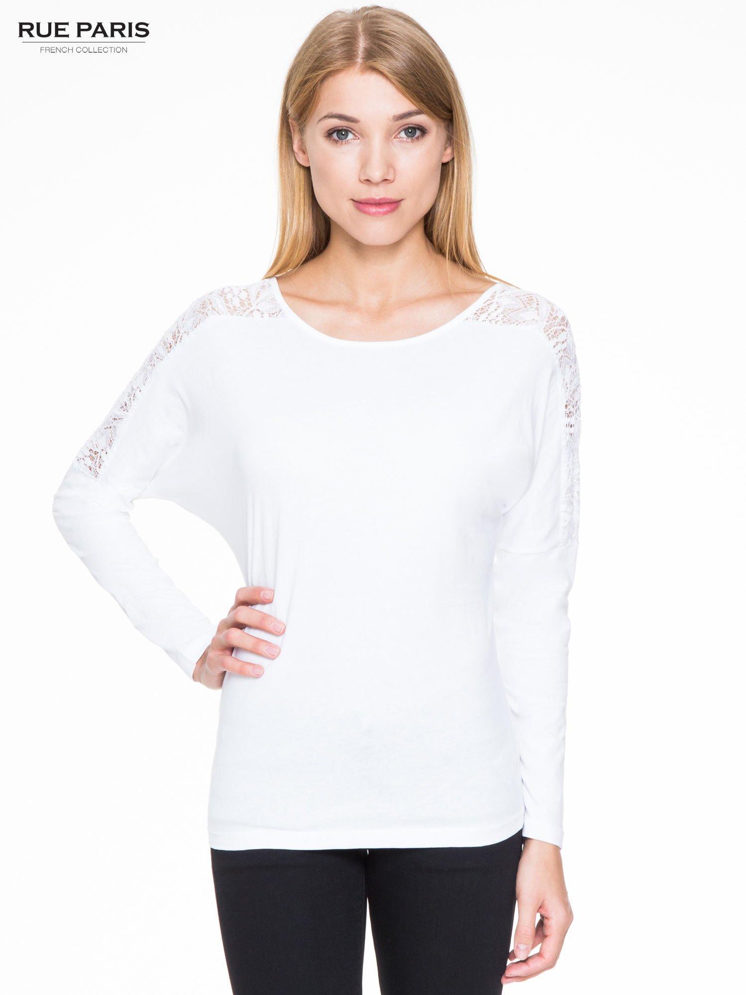 Biała bluzka z koronkową wstawką na rękawach i z tyłu                                  zdj.                                  1