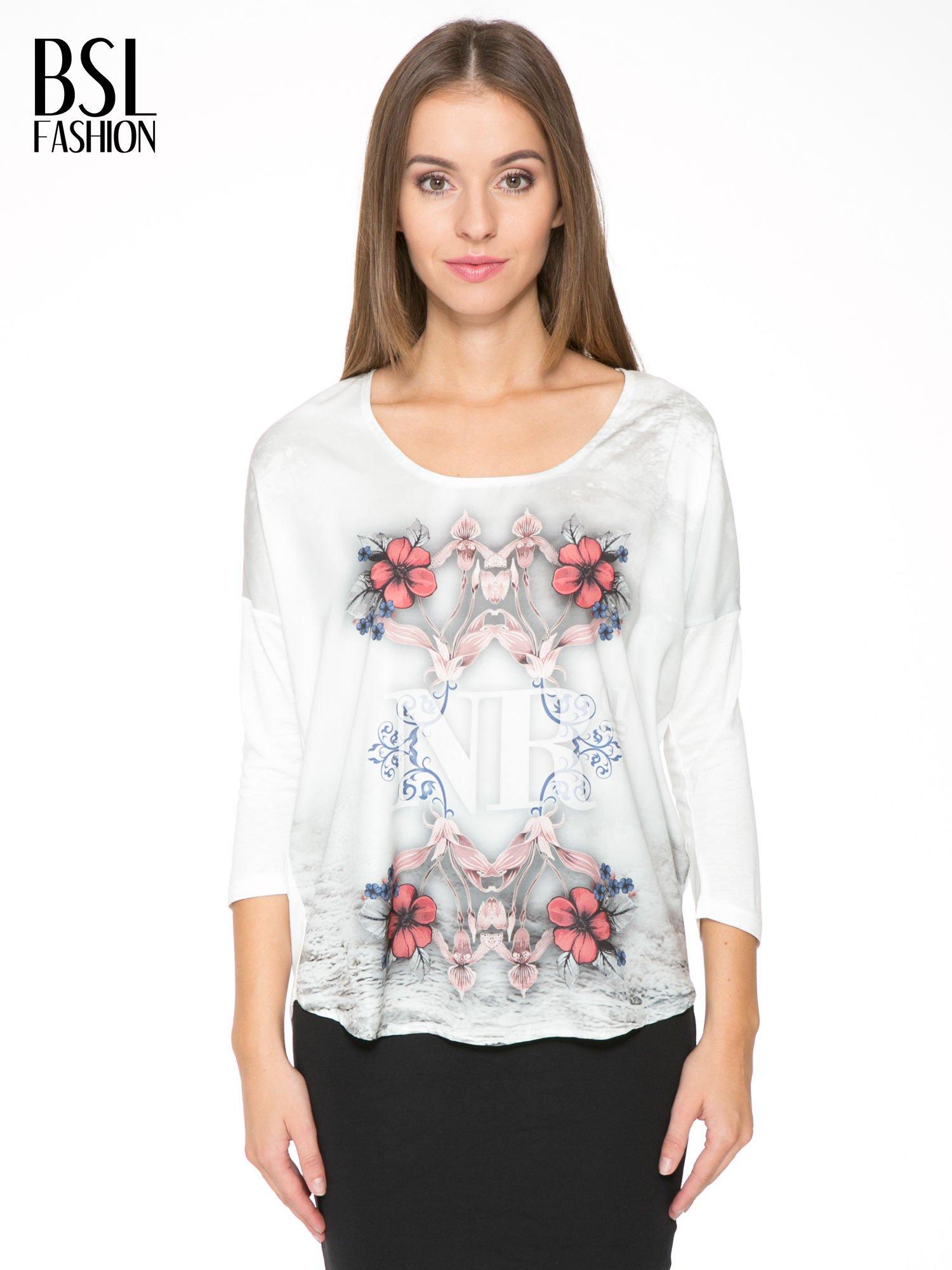 Biała bluzka z kwiatowym ornamentem i rękawami 3/4                                  zdj.                                  1