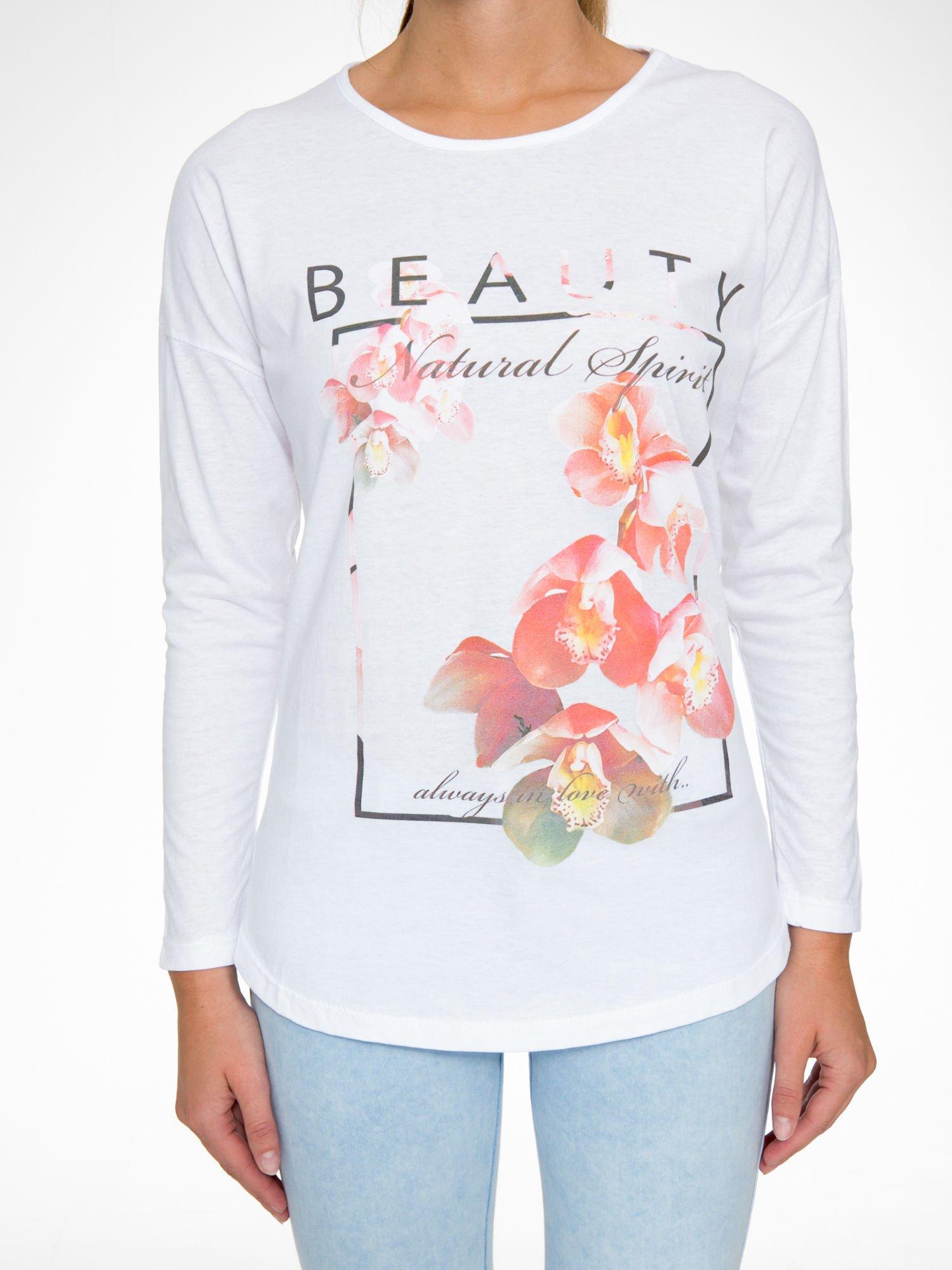 Biała bluzka z nadrukiem kwiatowym i napisem BEAUTY                                  zdj.                                  8