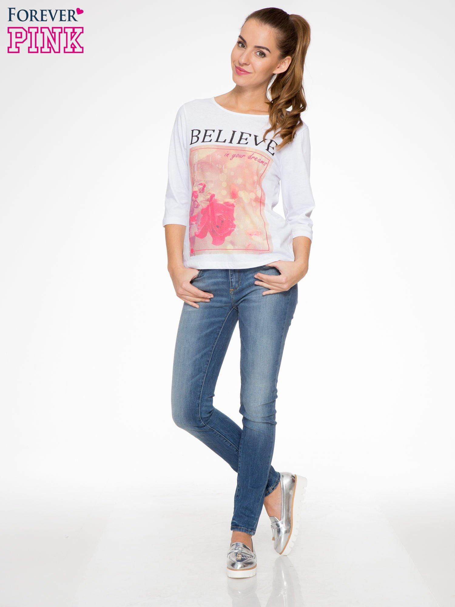 Biała bluzka z nadrukiem róży i napisem BELIEVE                                  zdj.                                  2