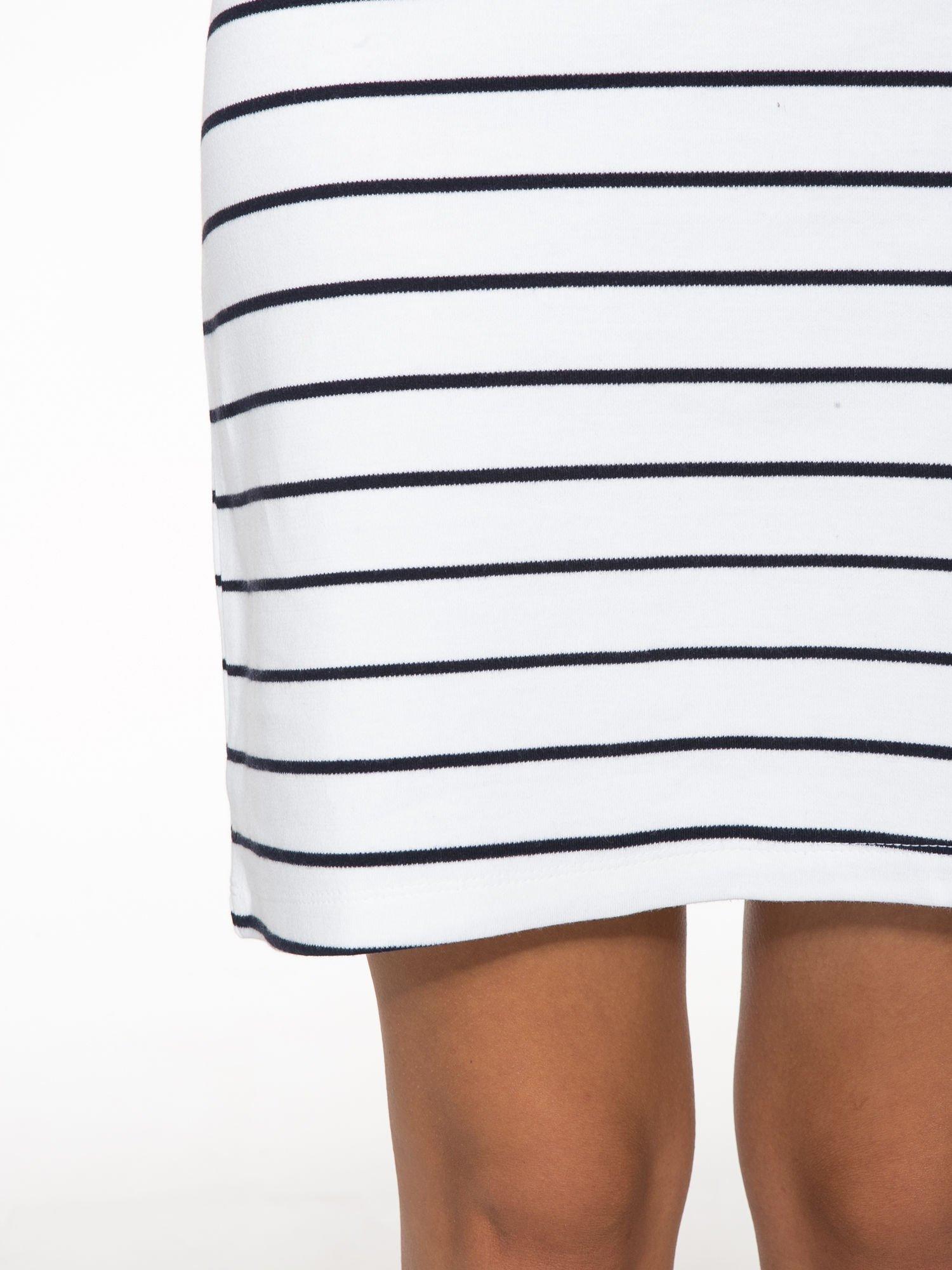 Biała dopasowana sukienka w paski z rozporkiem na dole                                  zdj.                                  7