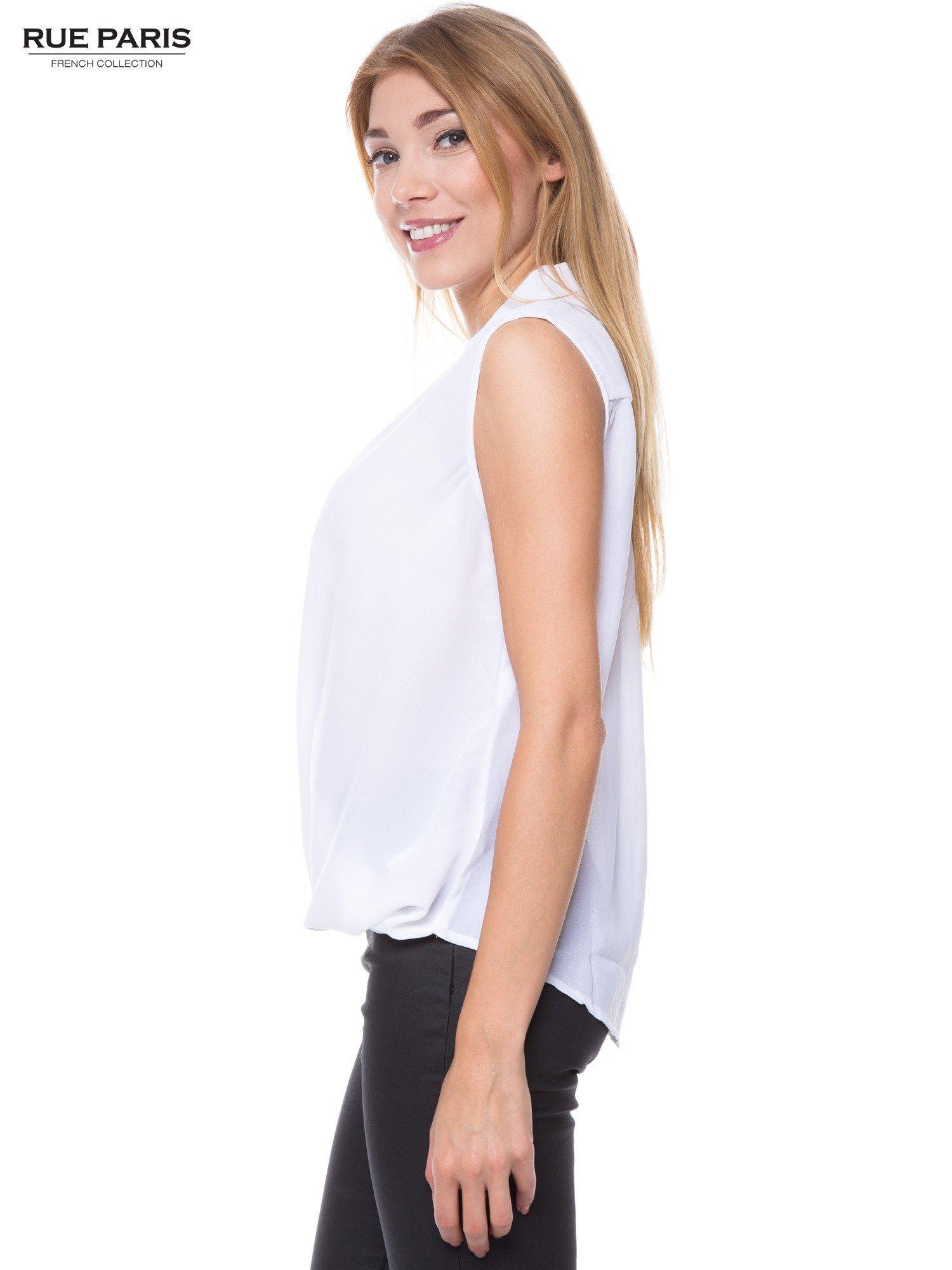 Biała elegancka koszula z kopertowym dekoltem                                  zdj.                                  2