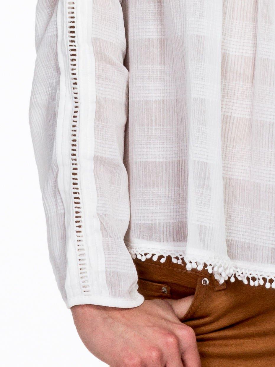 Biała koszula w kratę z ażurowaniem                                  zdj.                                  5