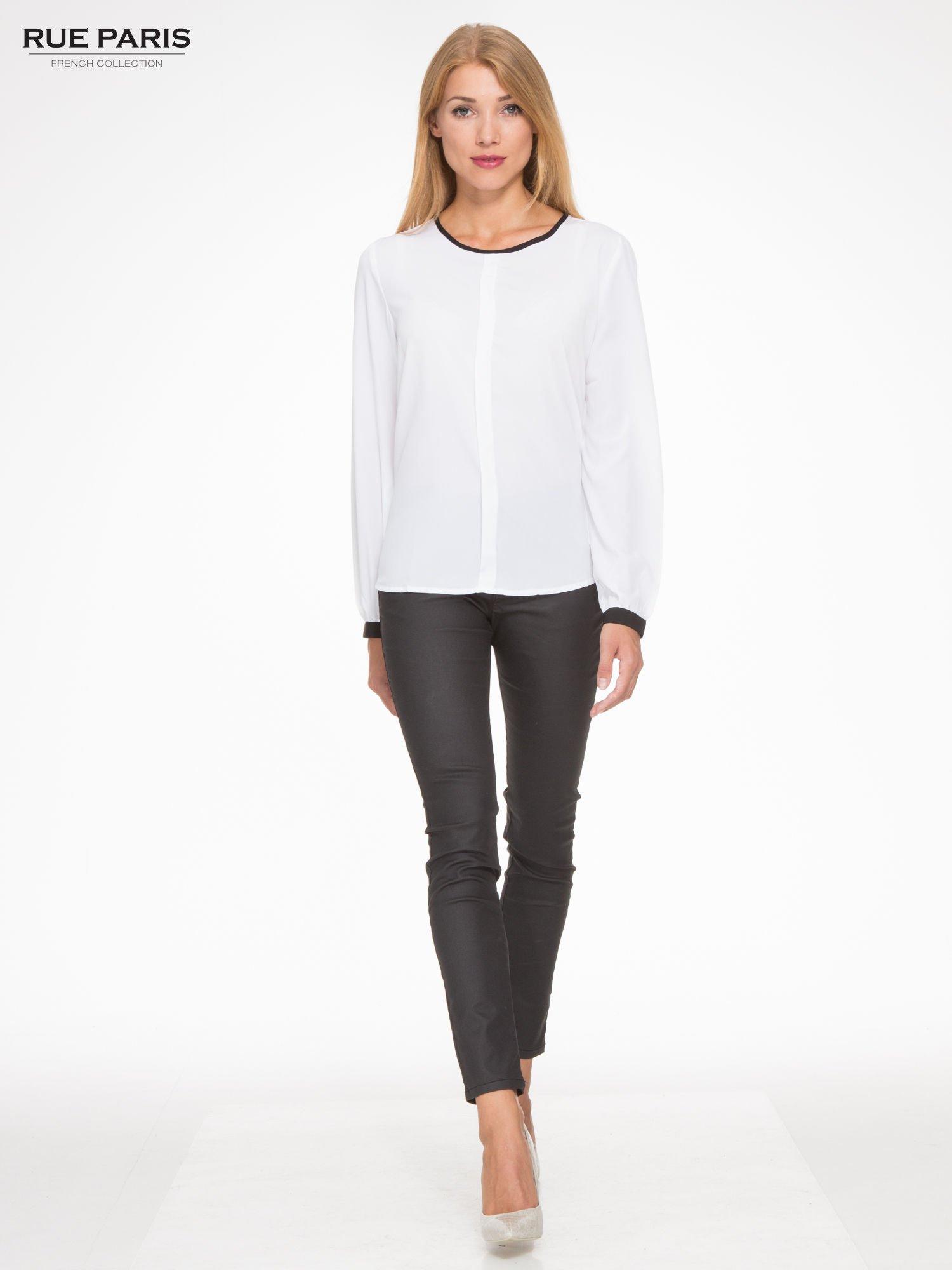 Biała koszula z kontrastową lamówką przy dekolcie i mankietami                                  zdj.                                  2