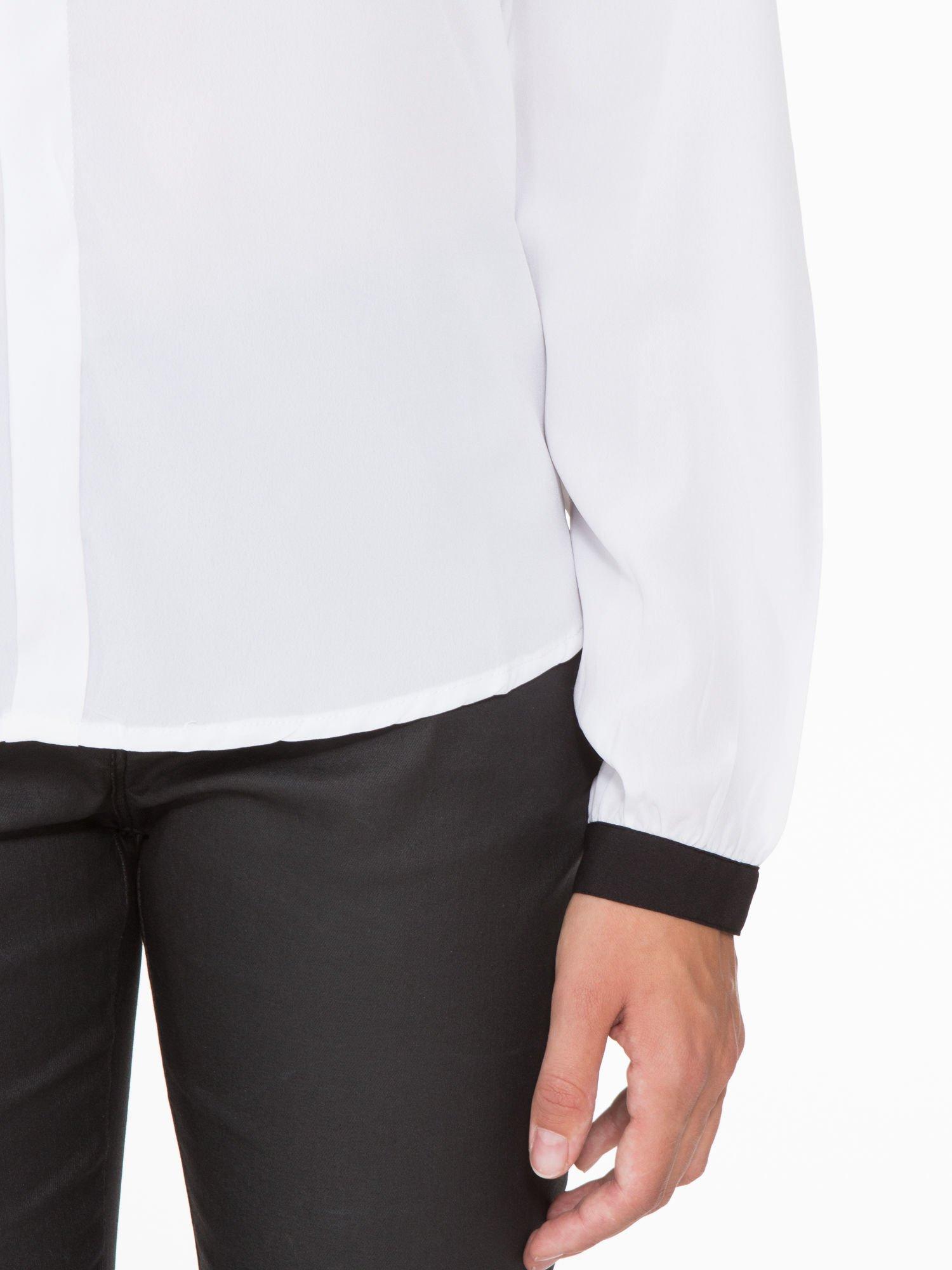 Biała koszula z kontrastową lamówką przy dekolcie i mankietami                                  zdj.                                  7