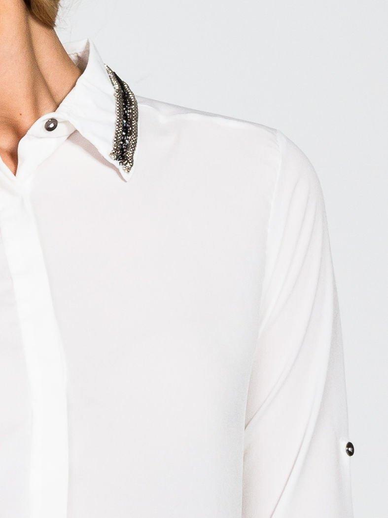 Biala koszula z koralikami na kołnierzyku                                  zdj.                                  5