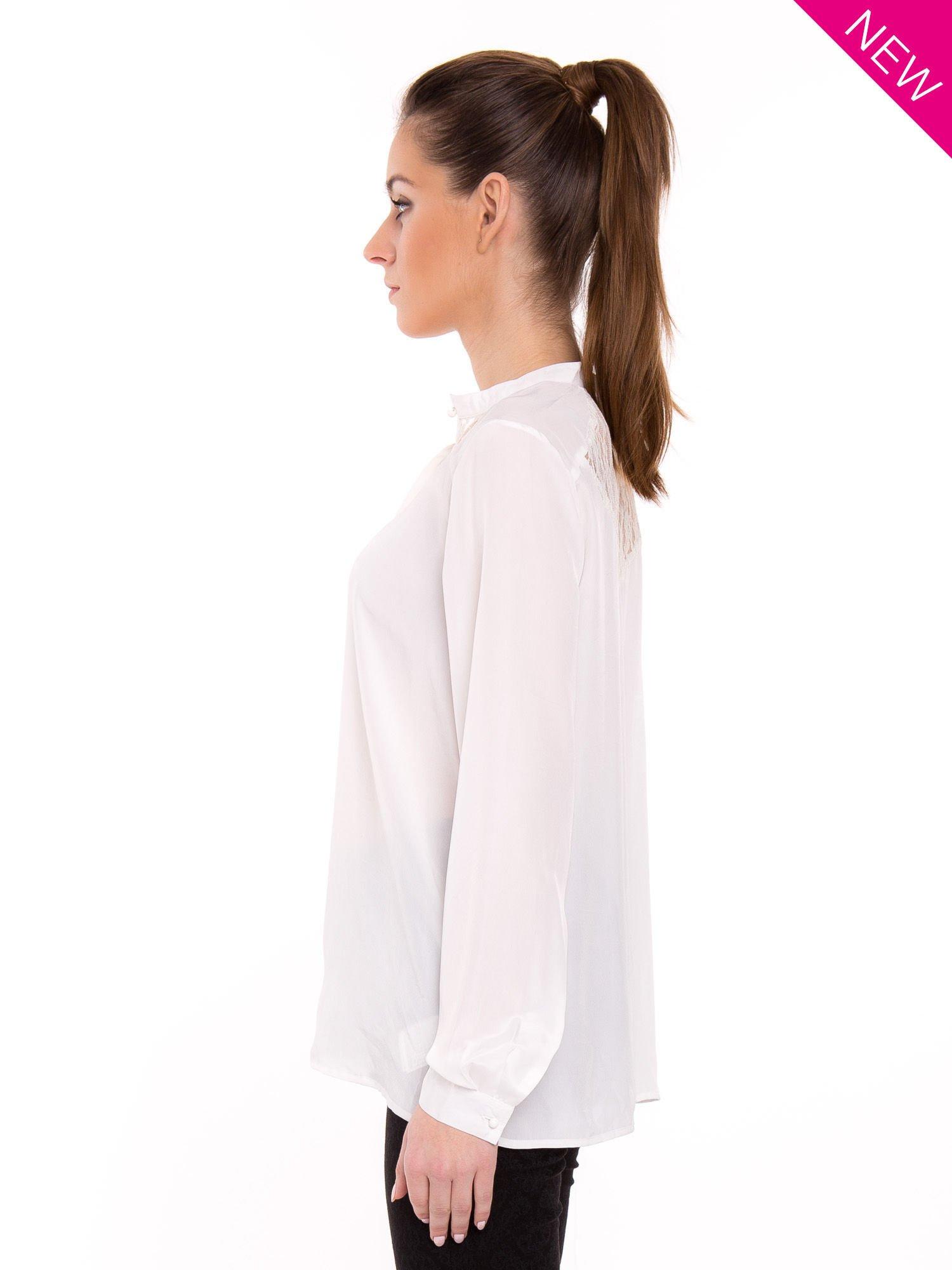 Biała koszula z koronkowym żabotem w stylu wiktoriańskim                                  zdj.                                  4