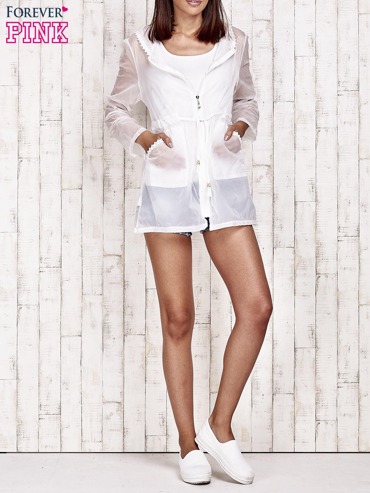 Biała kurtka wiatrówka z koronkowym wykończeniem                                  zdj.                                  8