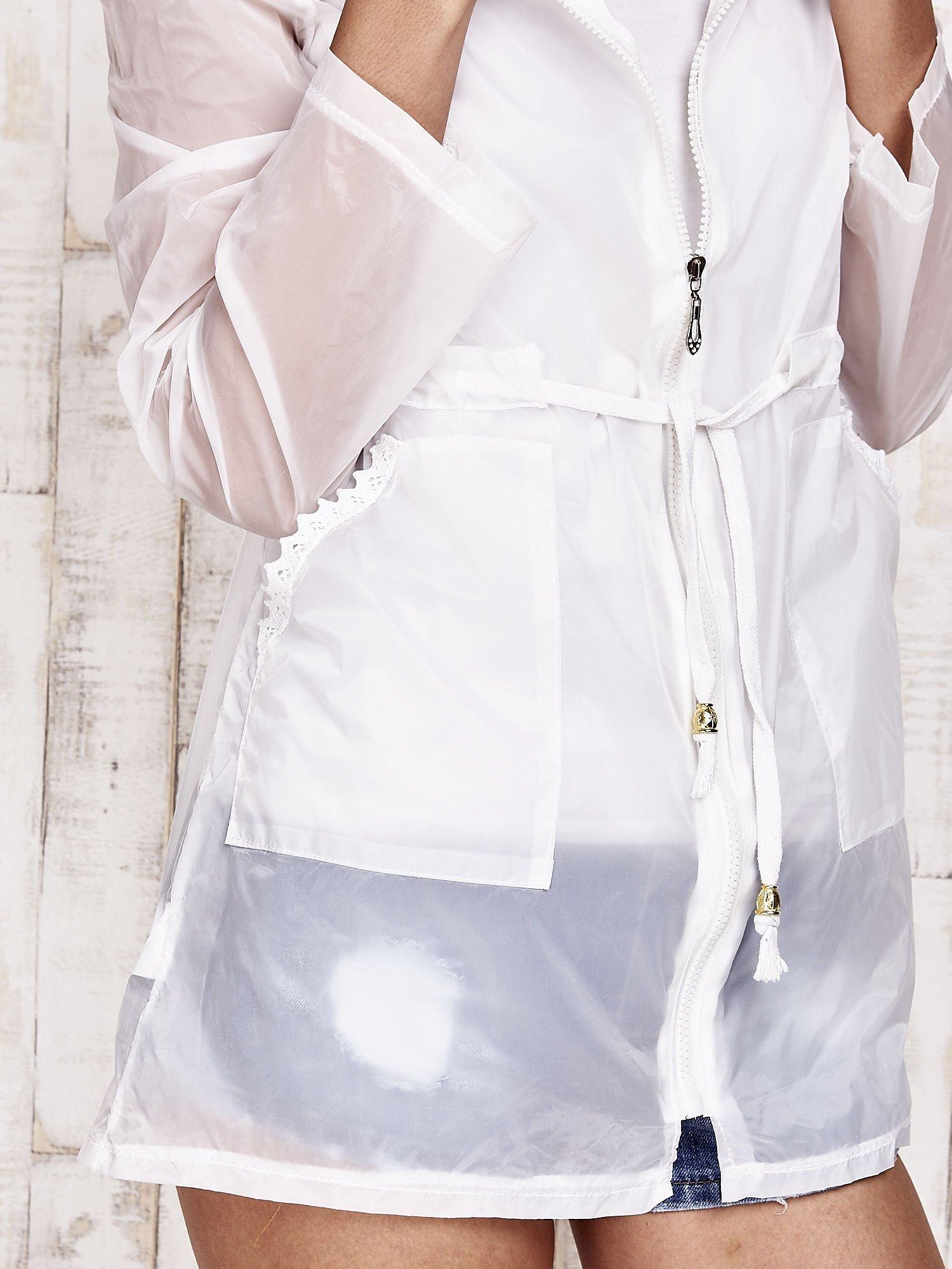 Biała kurtka wiatrówka z koronkowym wykończeniem                                  zdj.                                  7