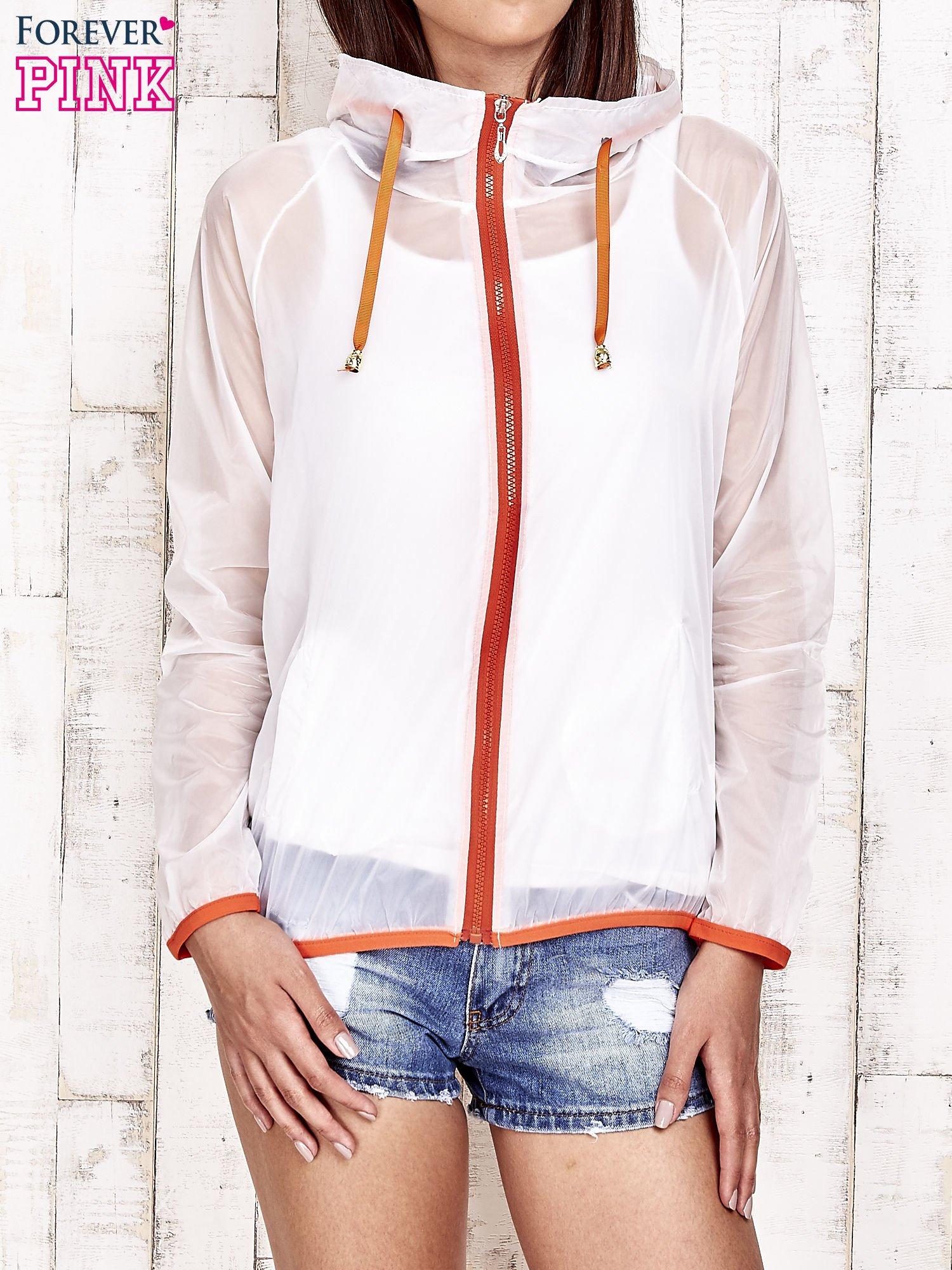Biała kurtka wiatrówka z pomarańczowym suwakiem                                  zdj.                                  1