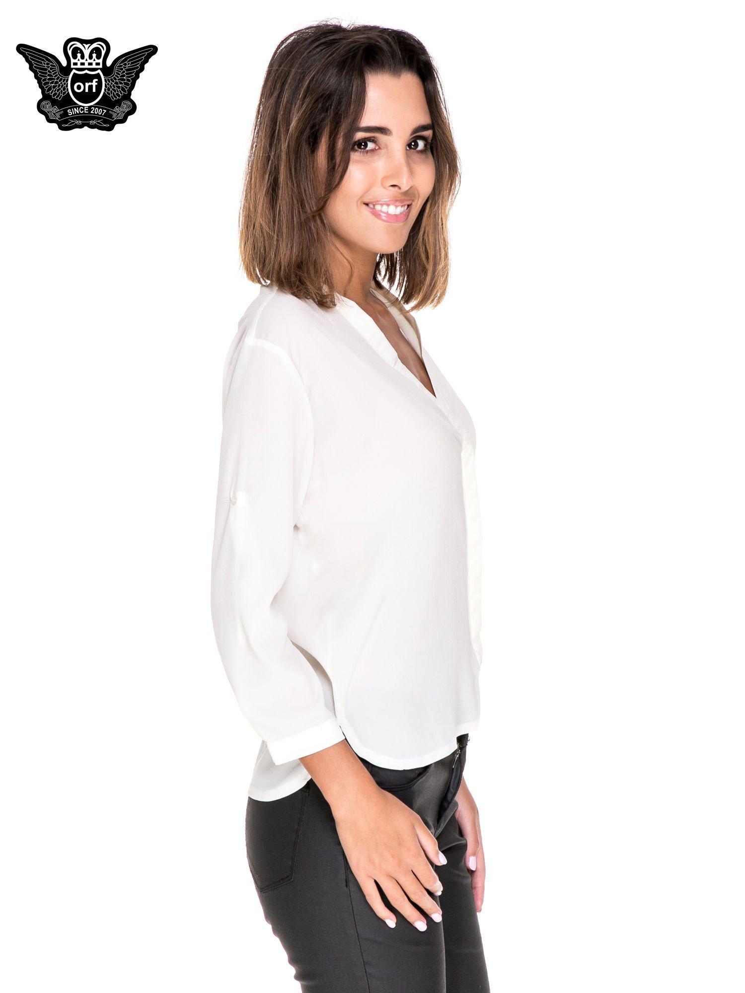 Biała minimalistyczna koszula z trójkątnym dekoltem                                  zdj.                                  3