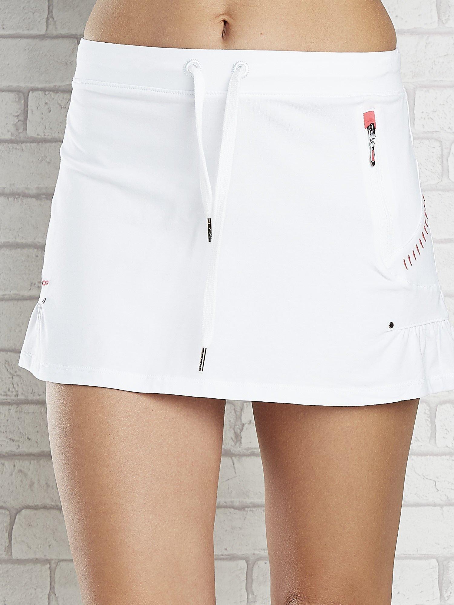 Biała spódnica dresowa z falbanką i troczkiem                                  zdj.                                  4
