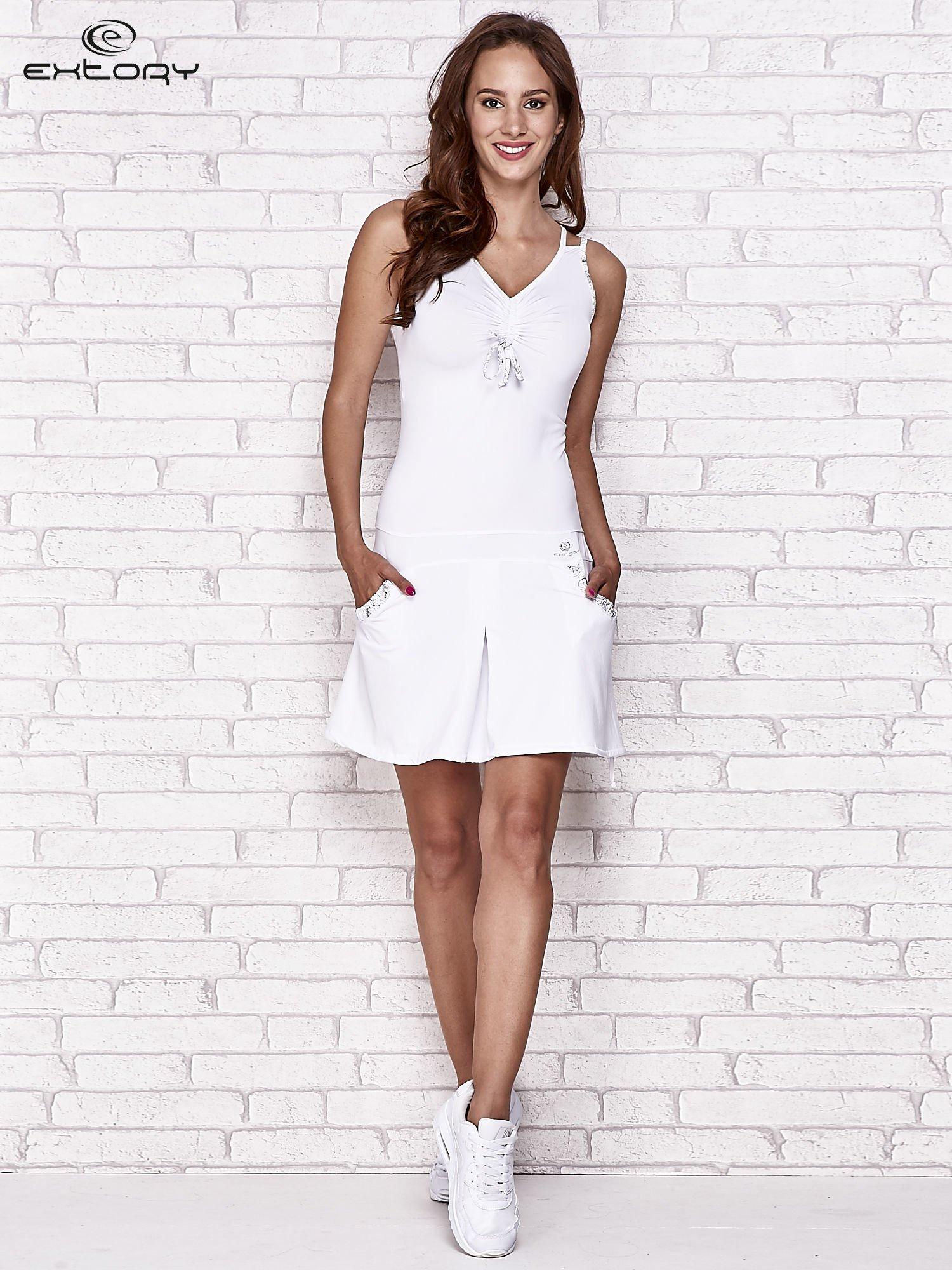Biała sukienka sportowa z wiązaniem przy dekolcie                                  zdj.                                  4