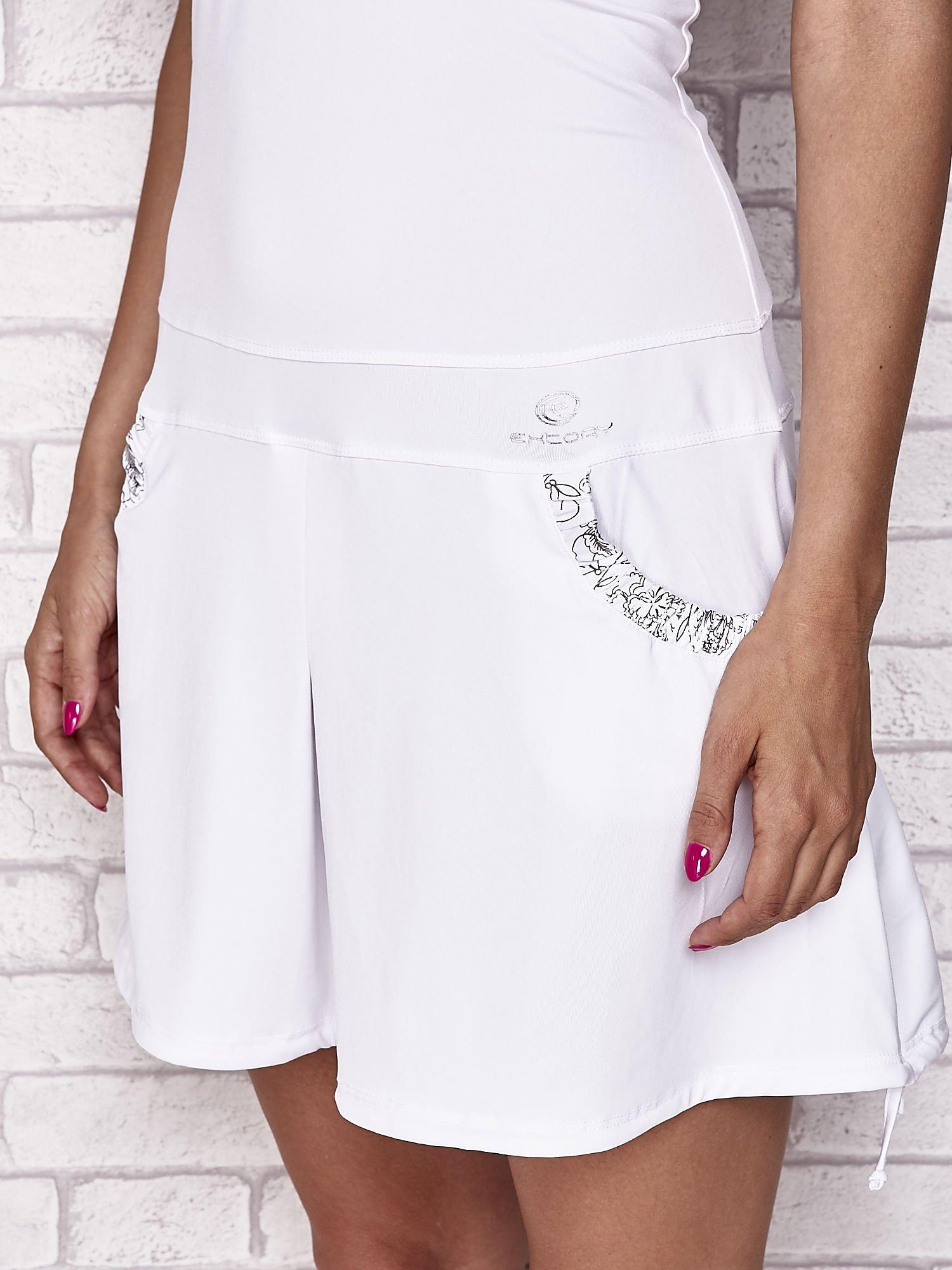 Biała sukienka sportowa z wiązaniem przy dekolcie                                  zdj.                                  6
