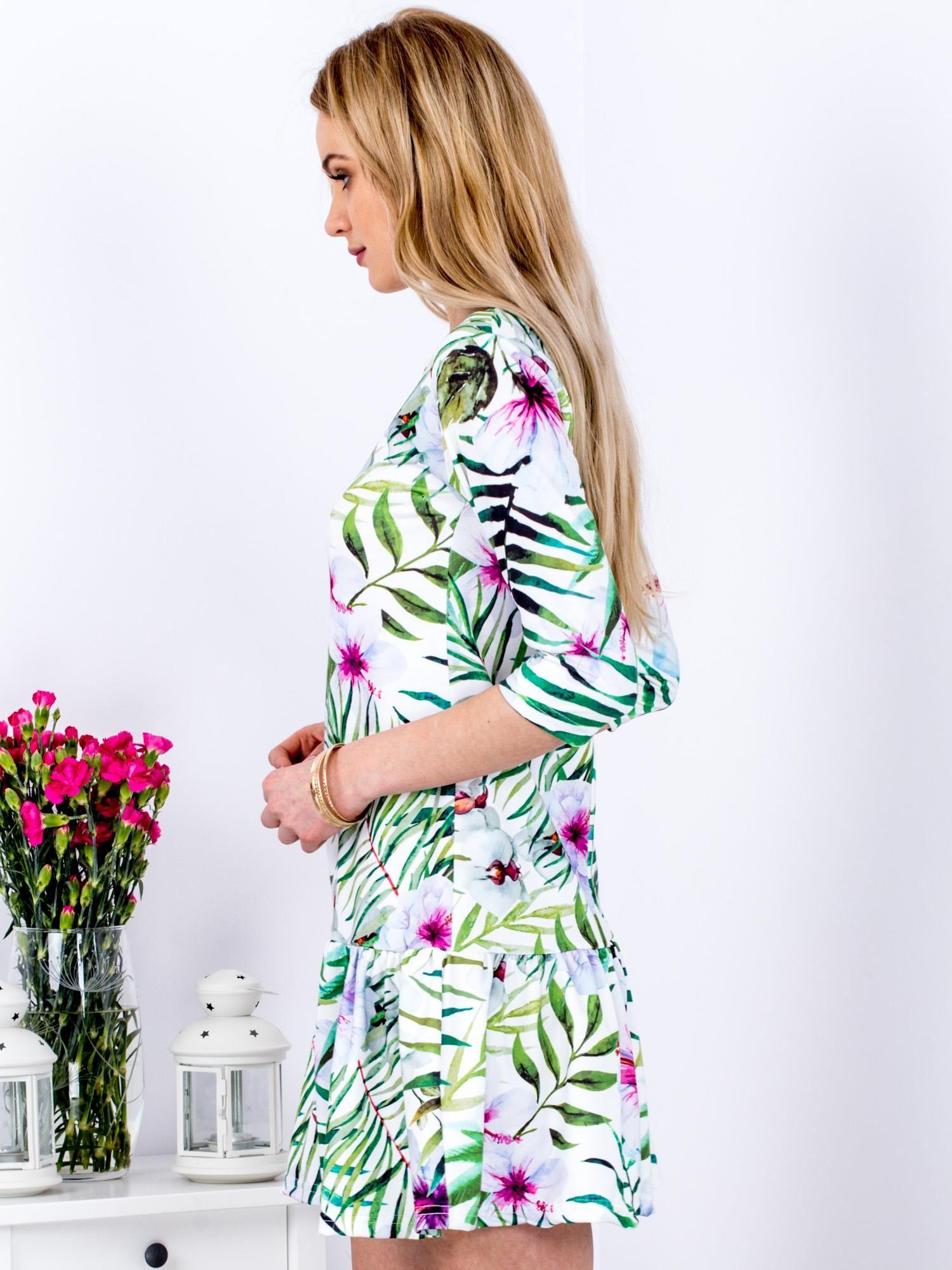 c47baeee1a Biała sukienka w egzotyczne printy z falbaną - Sukienka z falbaną ...