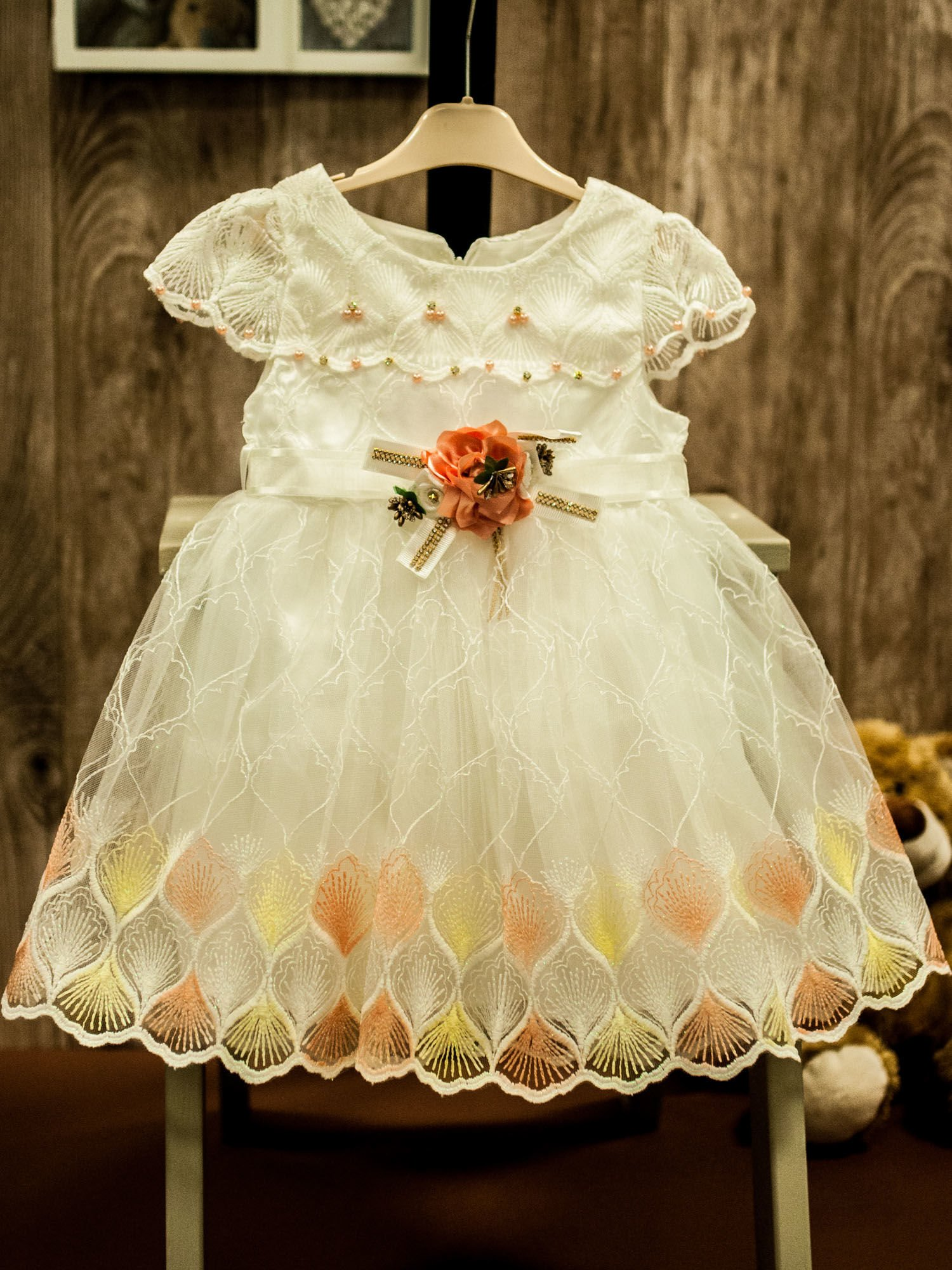 d78133f1bb Biała tiulowa sukienka dziewczęca z ozdobną różyczką - Dziecko ...