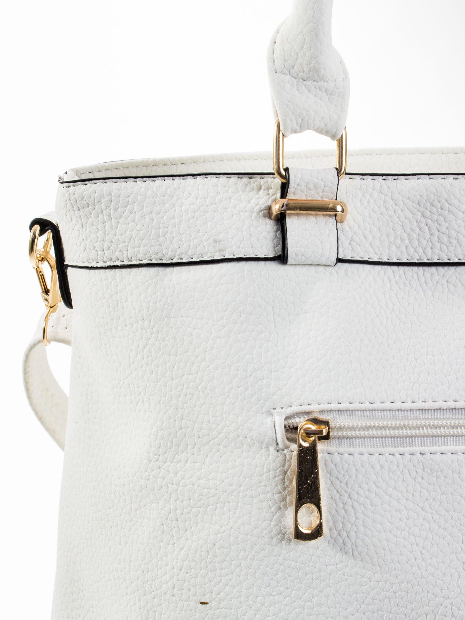 Biała torba na ramię ze złotymi okuciami                                  zdj.                                  7