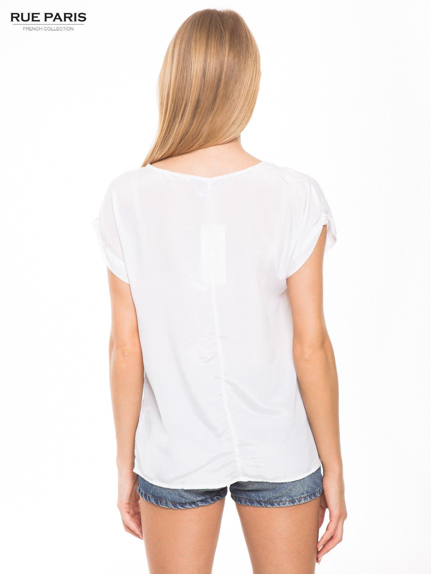 Biała zwiewna koszula z kieszonką obszytą perłami                                  zdj.                                  4