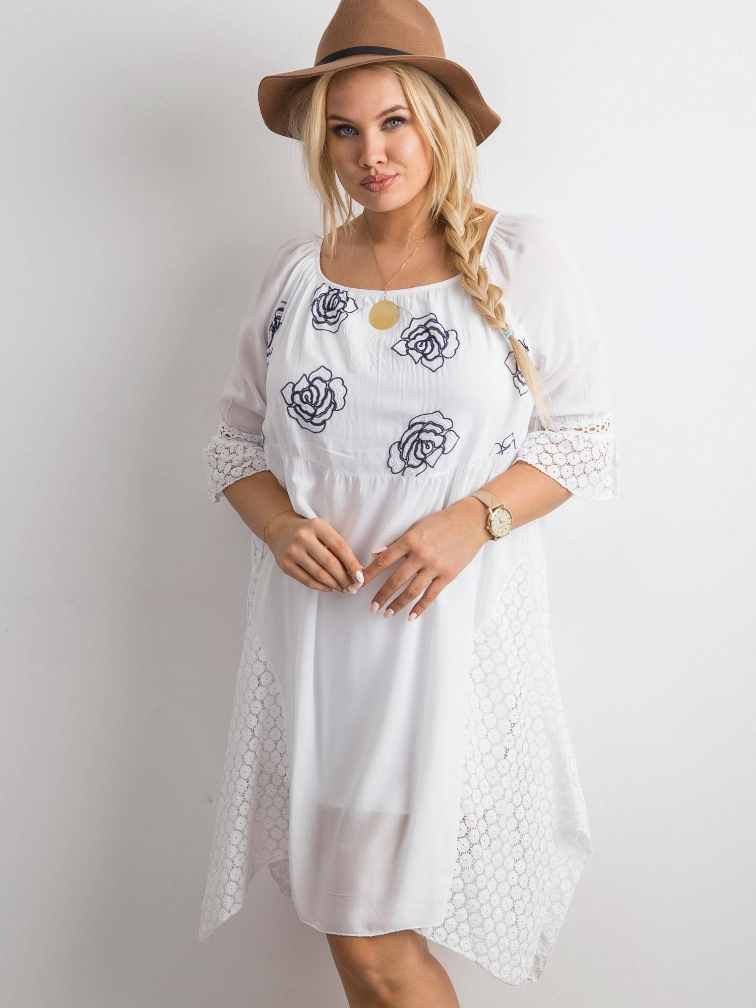 dc9acb09f572dd Biała zwiewna sukienka z kwiatowym haftem - Sukienka one size ...