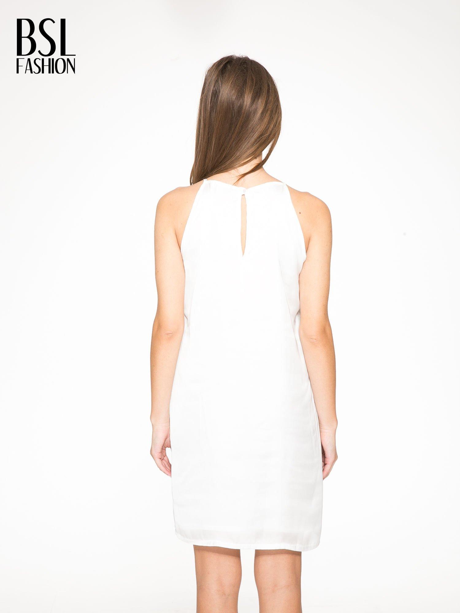 Biała zwiewna sukienka z nadrukiem kwiatowym                                  zdj.                                  4