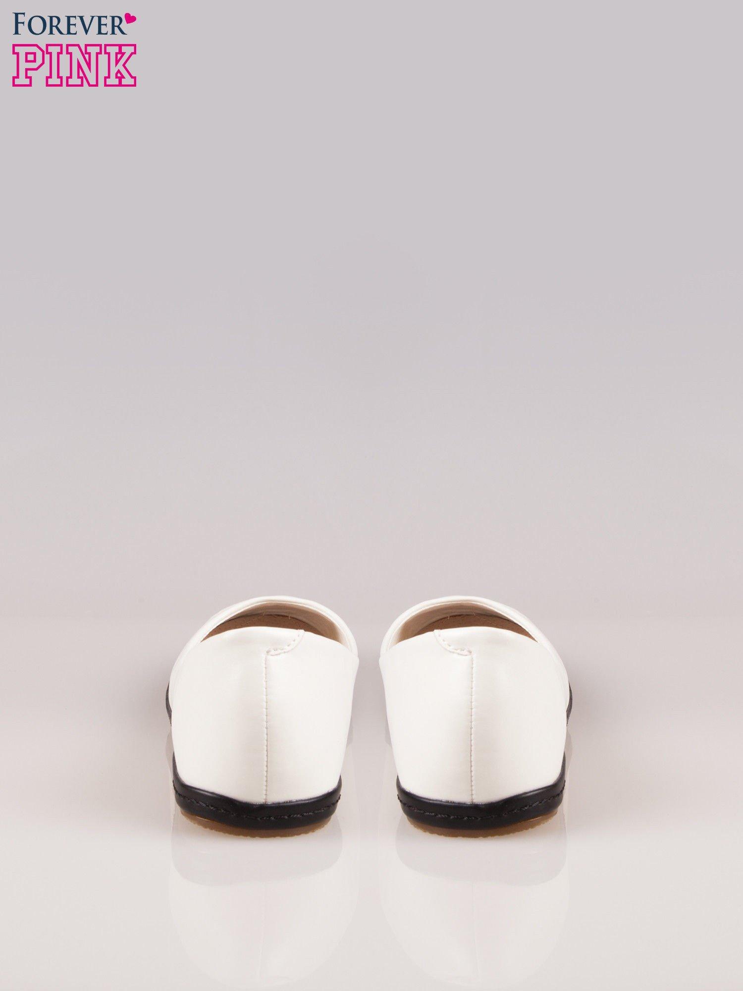 Białe baleriny Sunny ze smukłym noskiem na kontrastowej podeszwie                                  zdj.                                  3