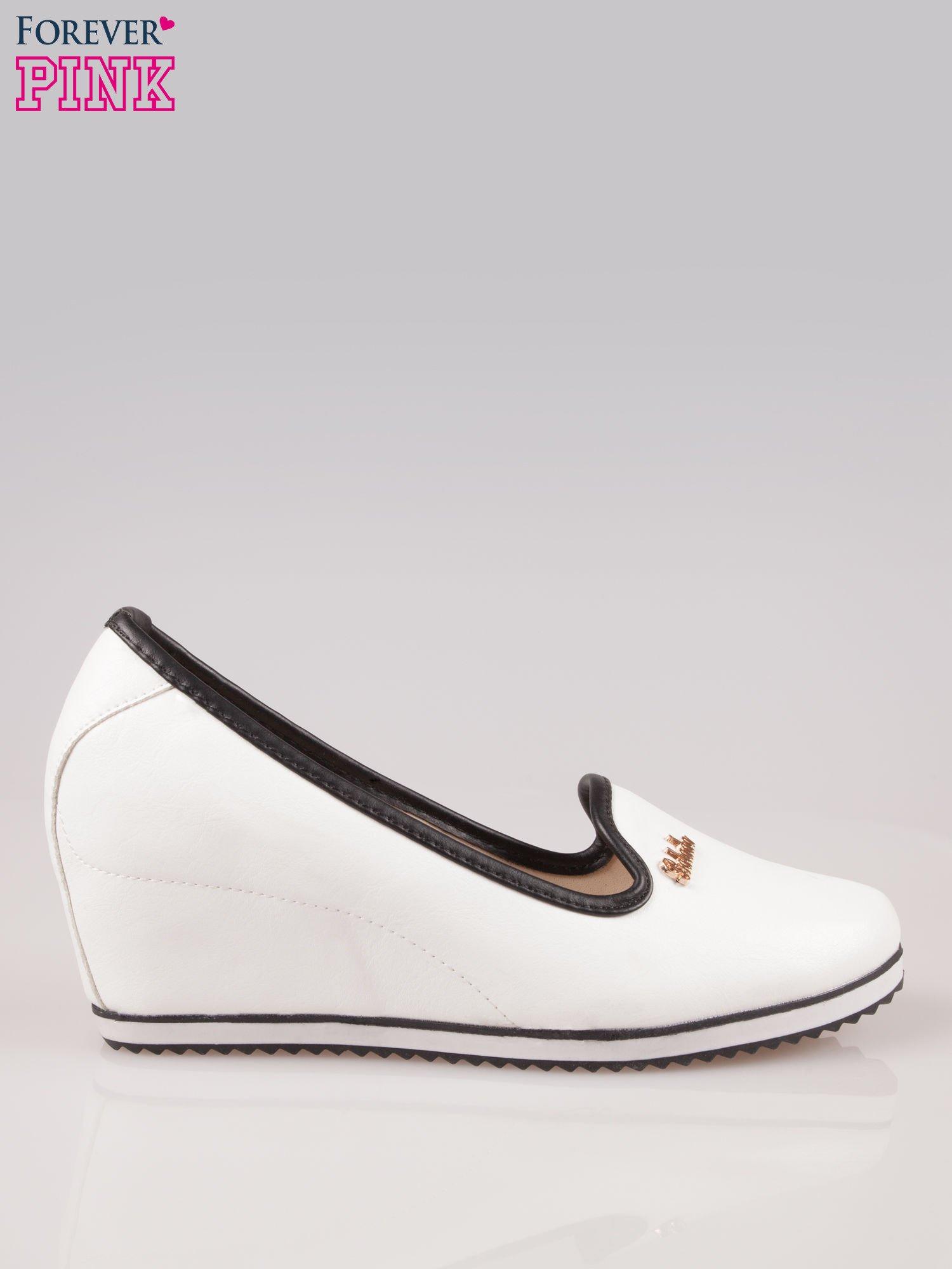 Białe casualowe koturny faux leather Whimsy z czarną lamówką                                  zdj.                                  1