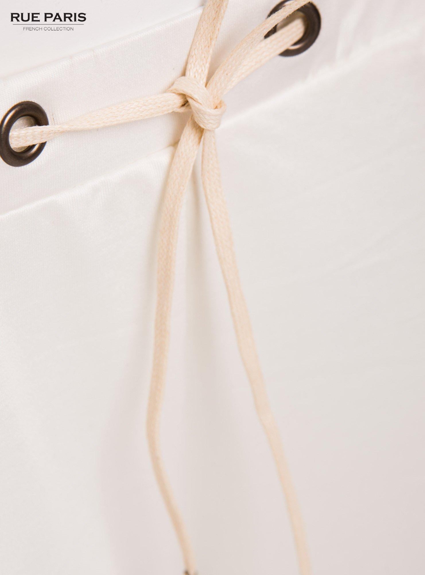 Białe spodnie dresowe ze zwężanymi nogawkami z efektem połysku                                  zdj.                                  5