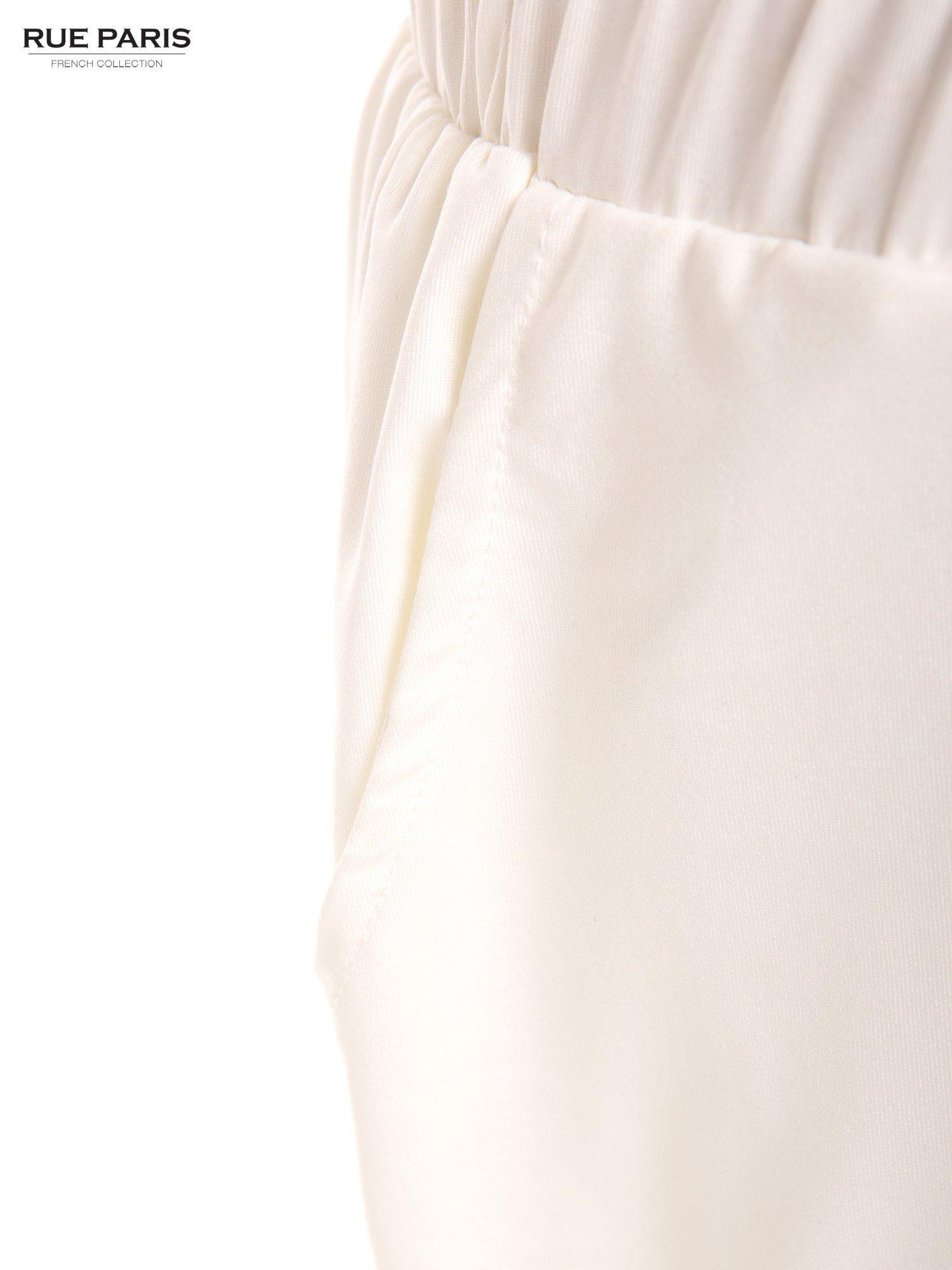 Białe spodnie dresowe ze zwężanymi nogawkami z efektem połysku                                  zdj.                                  6