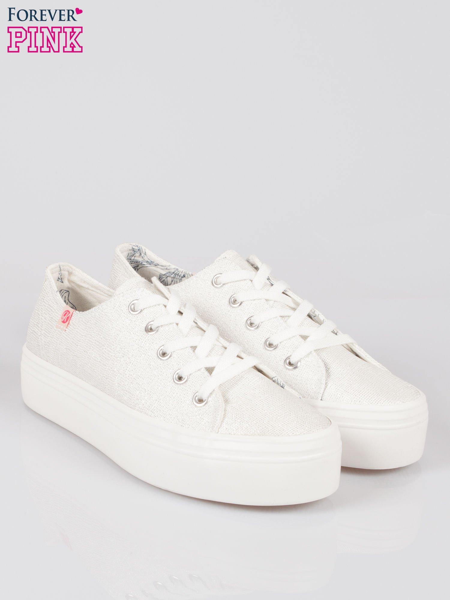 Białe tenisówki na wysokiej podeszwie z efektem glitter                                  zdj.                                  2