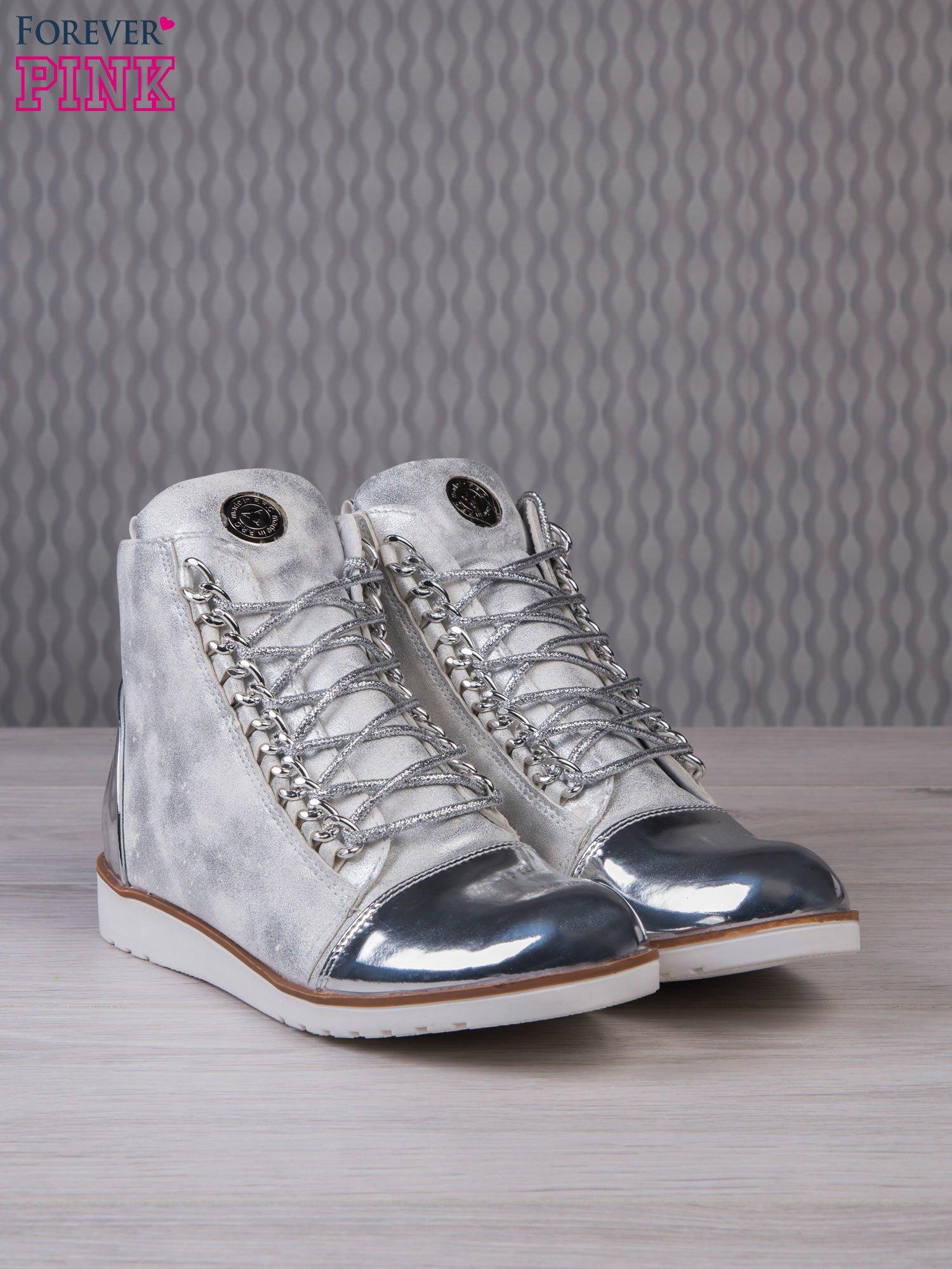 Białe zamszowe sneakersy z lustrzanymi elementami                                  zdj.                                  3
