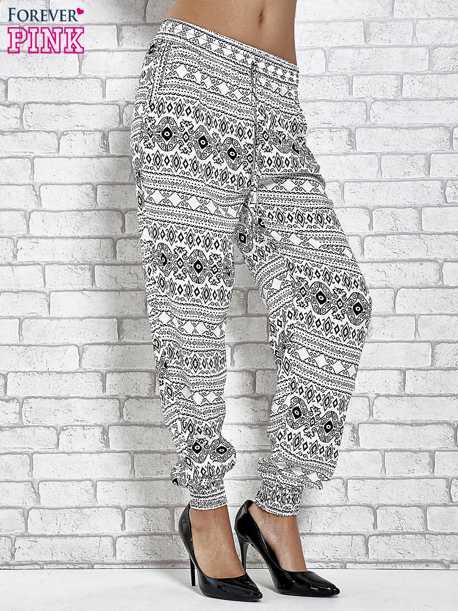 3e6ffbf8 Białe zwiewne spodnie alladynki we wzór aztecki